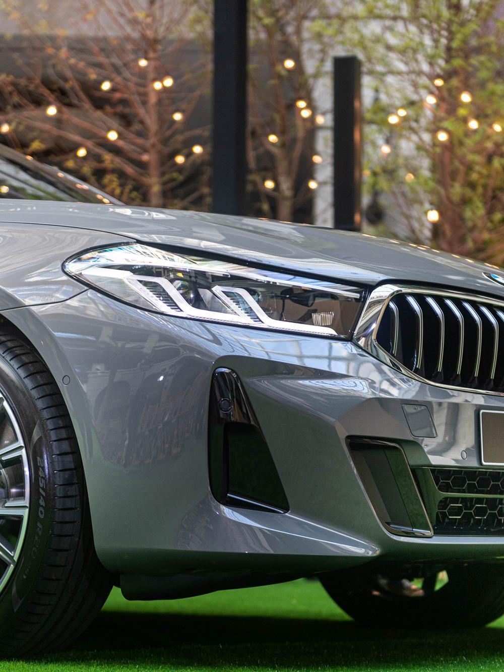 具備主動轉向照明功能的L型智慧LED頭燈組,解構自經典BMW天使眼風格,融合科技與經典,創造簡約質感風尚。