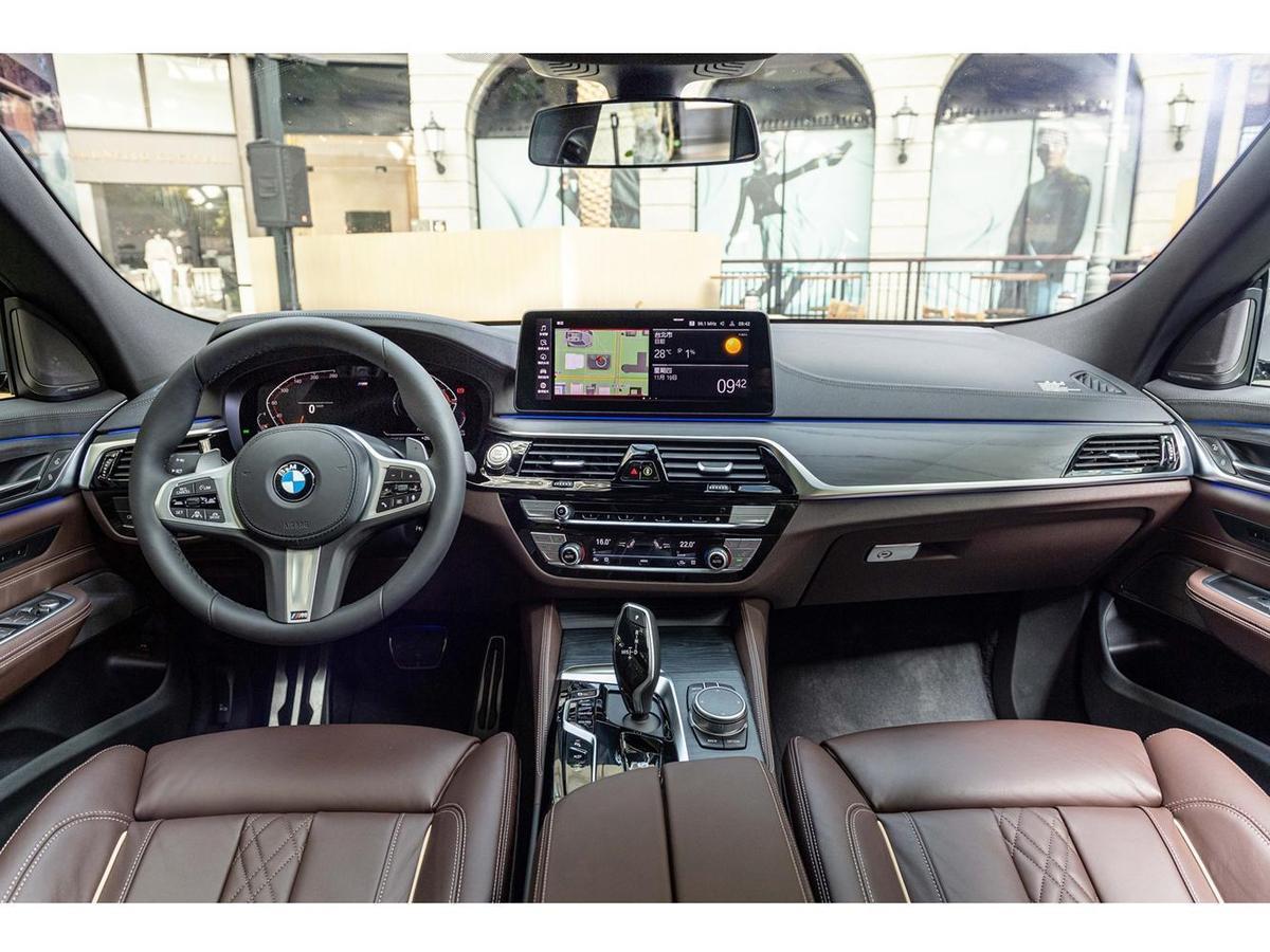 雙12.3吋全數位虛擬儀錶與中控觸控螢幕,可無線連結Apple CarPlay或Android Auto,搭配更加直覺且口語化的BMW智慧語音助理,成為旅途中的最佳夥伴。
