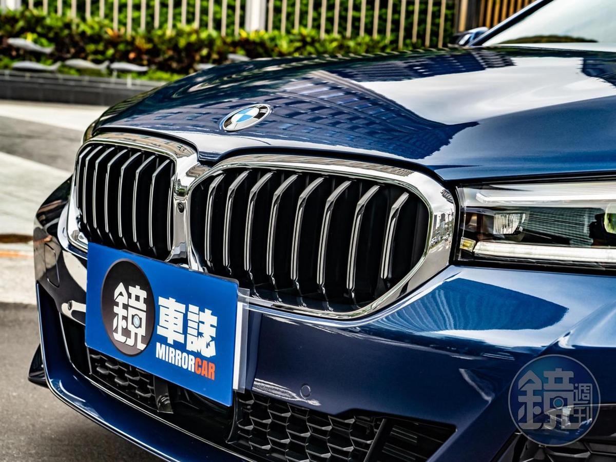 具備主動式進氣調節功能的BMW雙腎形水箱護罩,以一體式飾框包覆融入前保桿線條。