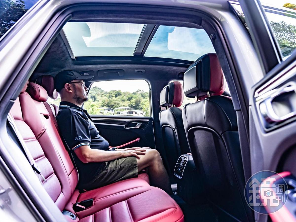 後座空間尚稱舒適,但建議以兩人乘坐最為合適。