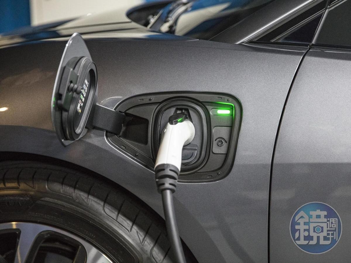 若使用專屬快速充電系統(100kW直流電), I-PACE可在40分鐘內將電量從0%充電至80%,即使僅充電15分鐘最多也可增加100公里續航里程。