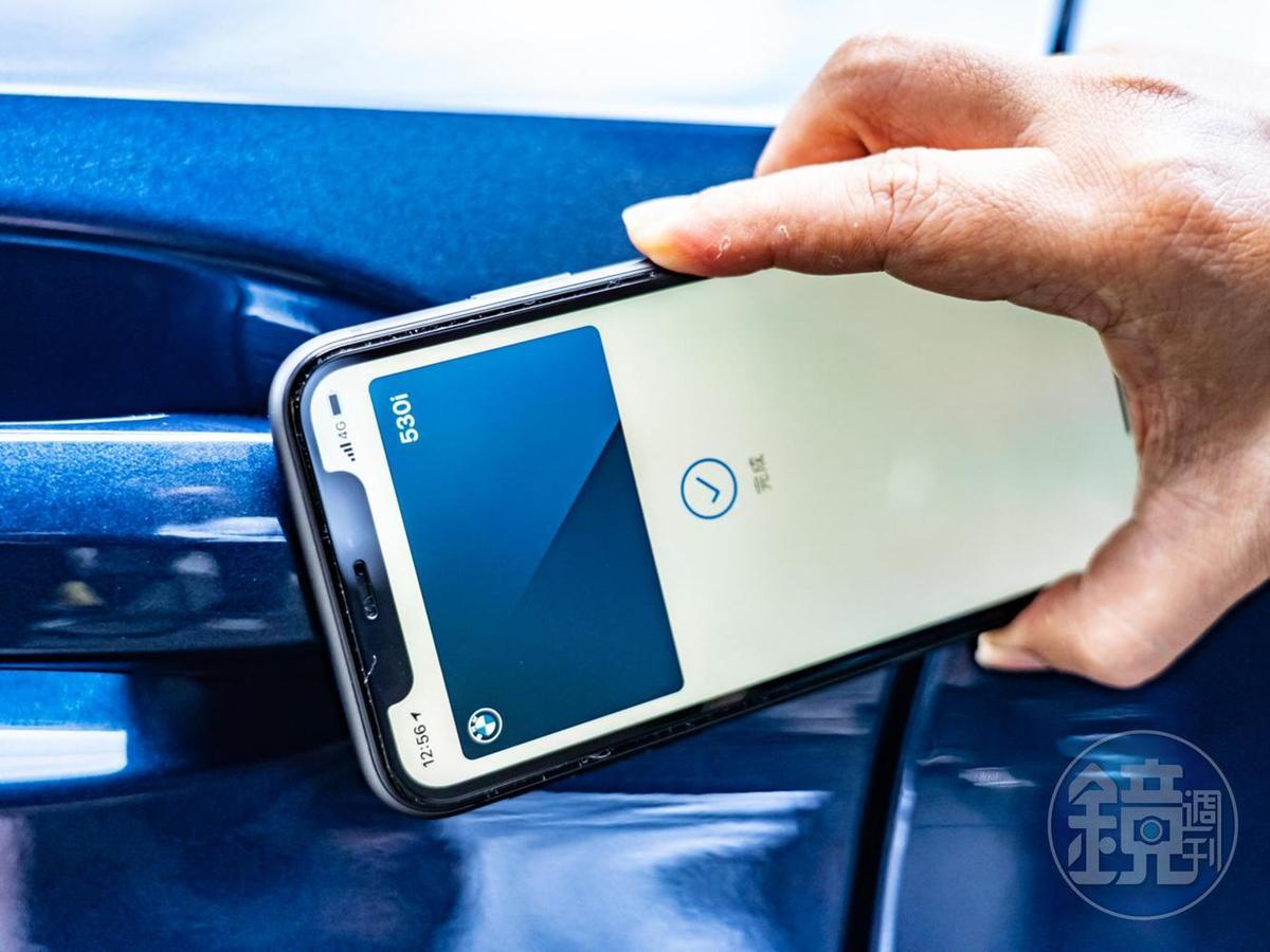 拿起iPhone手機,輕靠車門就可以解鎖,然後把手機放在無線充電座上即可啟動引擎!