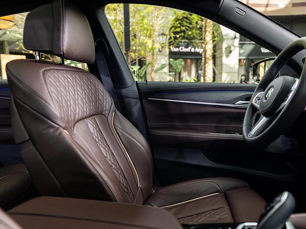 觸感舒適柔軟的Nappa真皮菱格紋雙前座舒適型電動座椅含記憶功能,烘托極致豪華韻味。