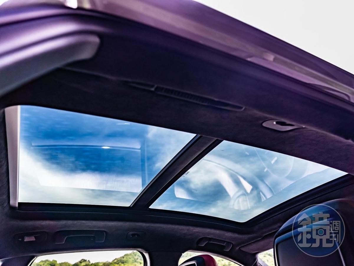 採光良好的全景式天窗讓內裝的「美景」一覽無遺。