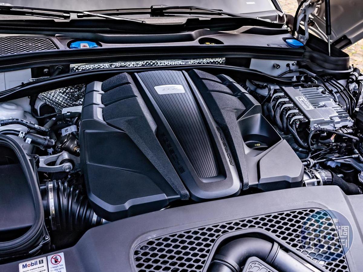搭載全面優化調校的全新2.9 升V6雙渦輪增壓引擎,可提供440hp最大馬力與56.1kgm最大扭力,在Sport Chrono運動化套件輔助下0至100 km/h可於4.3秒內完成。