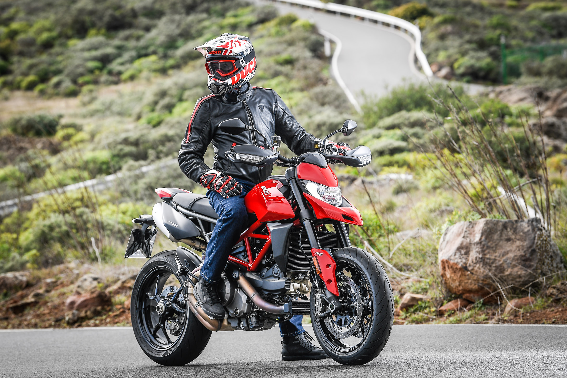 Hypermotard_950_Static 06_UC70270_Preview