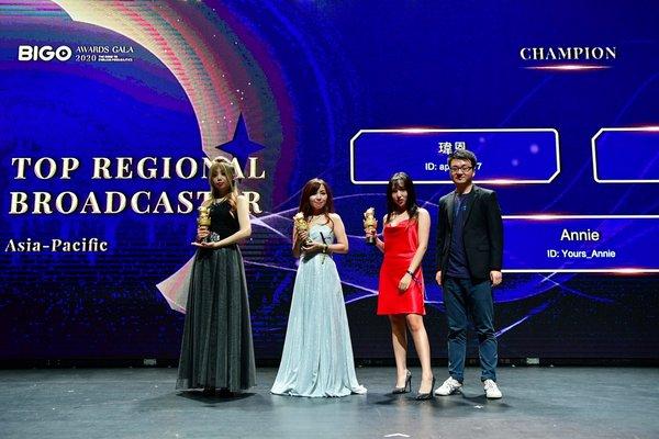 臺灣獲獎者瑋恩(左)與其他亞太地區獲獎者一起在新加坡舉行的2020年BIGO Gala頒獎典禮上領獎。
