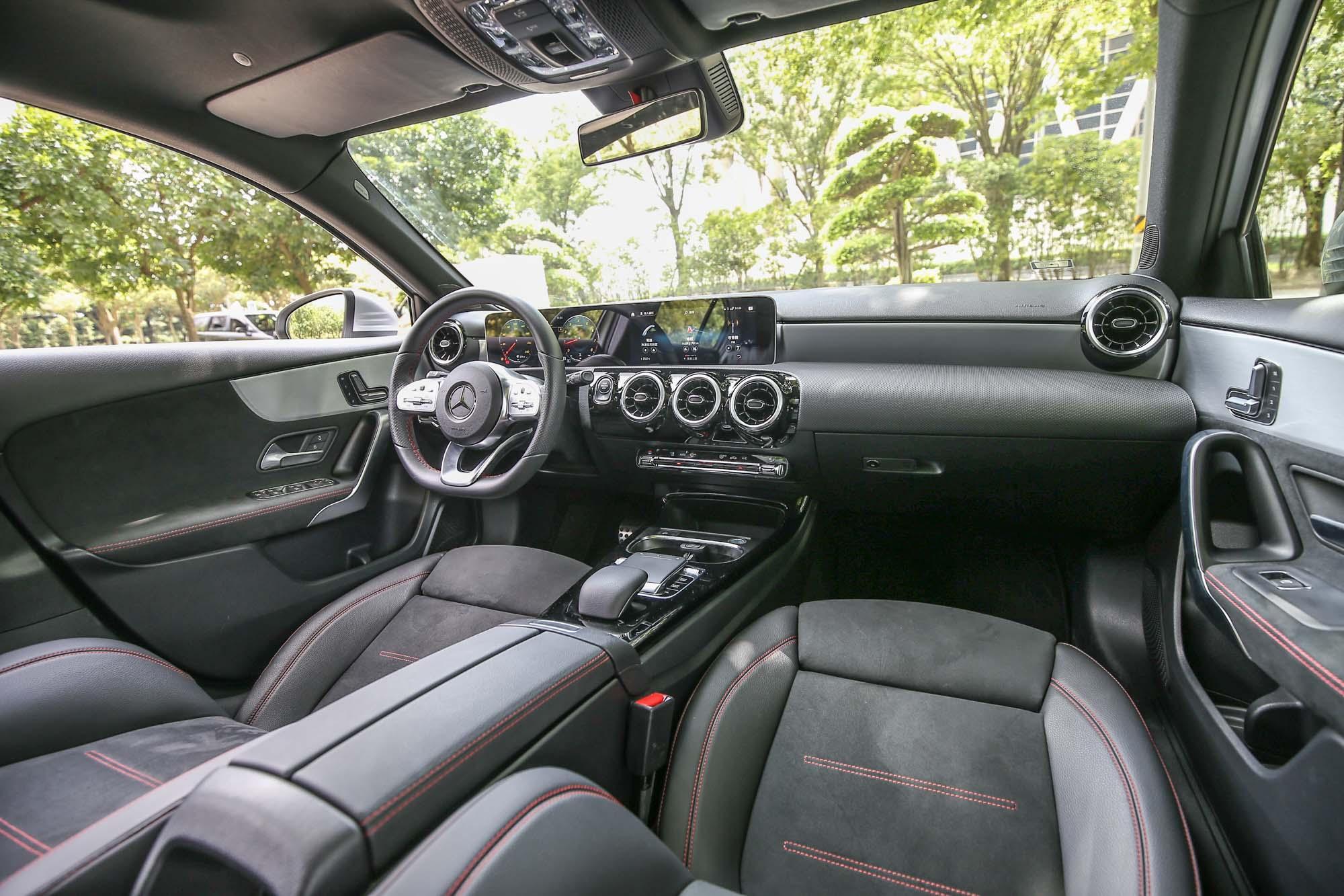 新世代 A-Class 座艙內的特色無疑為那一體成型的寬螢幕主角,再搭配造型搶眼的空調出風口,充滿科技前衛氛圍。