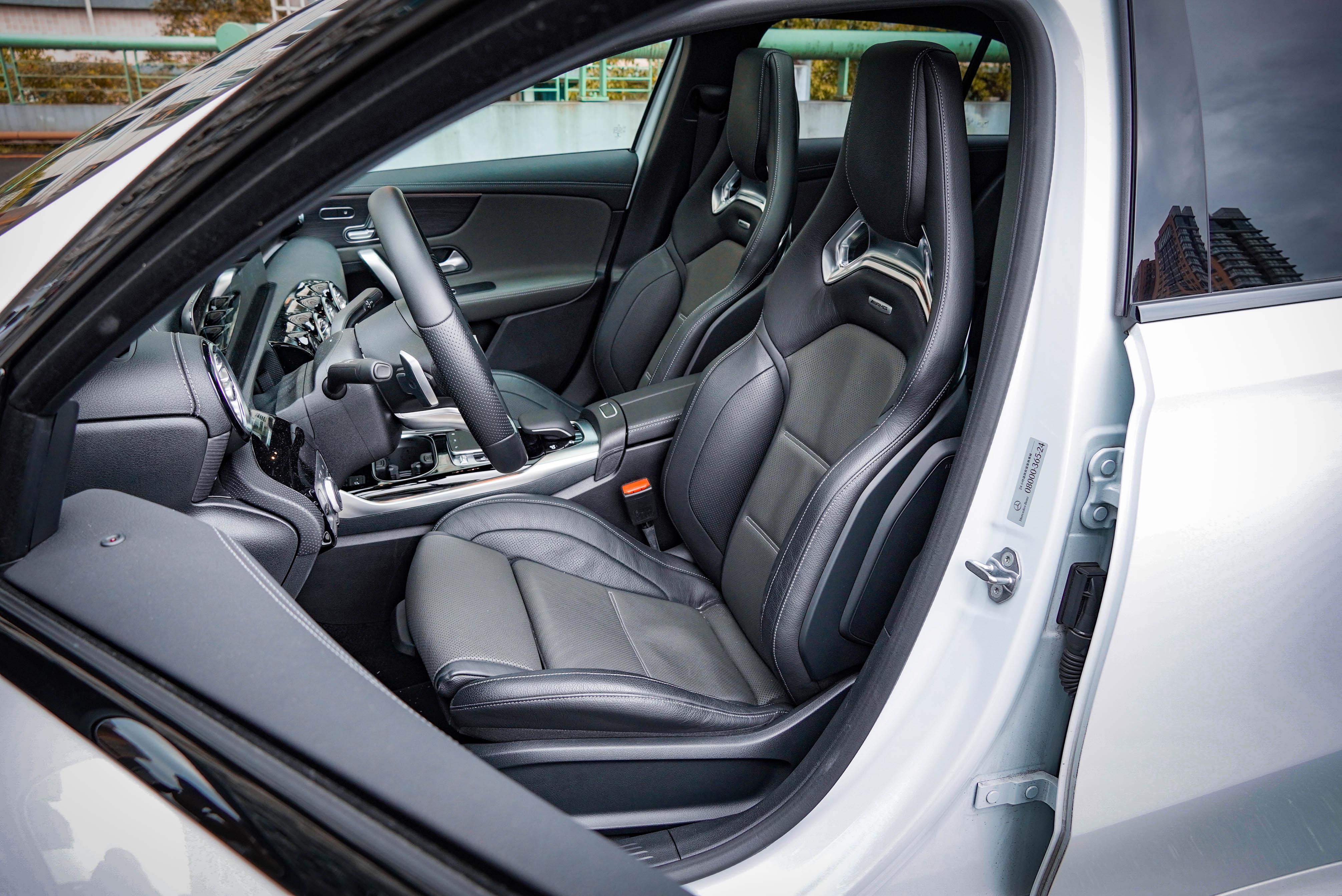 試駕車選配 AMG 高性能賽車真皮座椅套件,含多重支撐充氣調整雙前座及AMG高性能賽車椅。但此套件量產車未供應,標配的是 ARTICO/DINAMICA 跑車型座椅含紅色縫線。