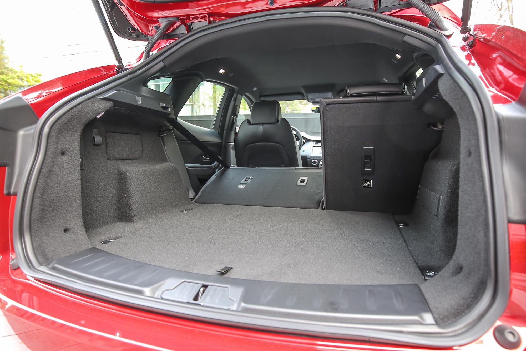 標準乘坐時後廂容積為577公升,可透過6/4分離機制的後座椅背傾倒再往上擴增。