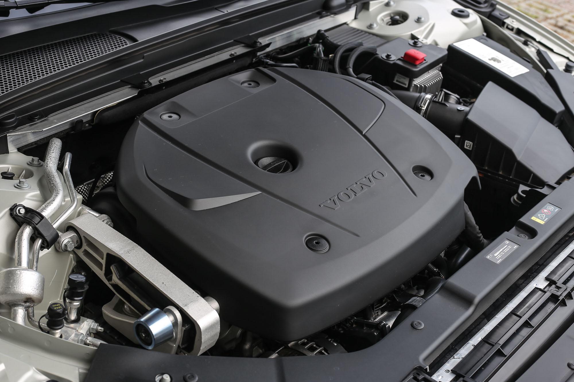 V60 T4 搭載 2.0 升渦輪增壓直列四缸汽油引擎,具備 190hp / 5000rpm 最大馬力與 30.6kgm / 1400-4000rpm 最大扭力輸出。