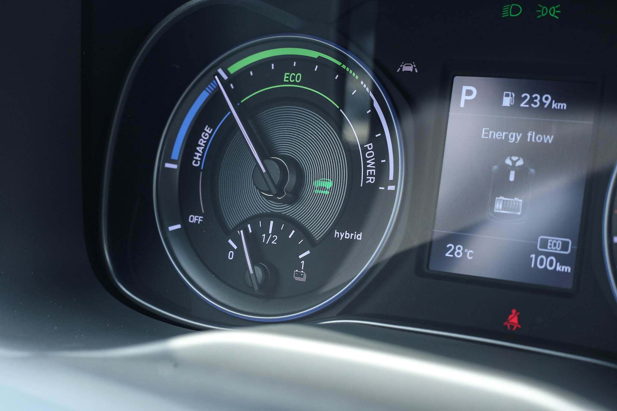 左側指針也會提供目前車輛的動能輸出模式顯示。