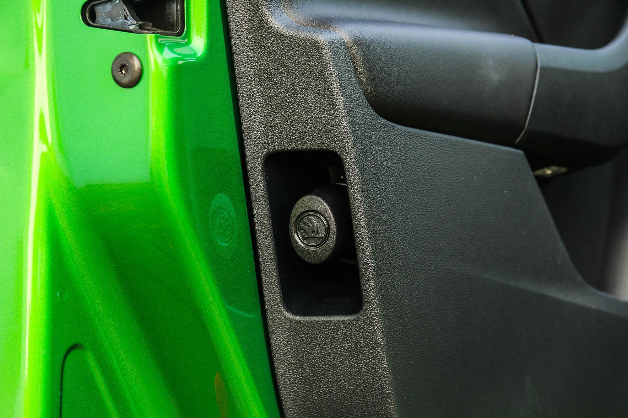 駕駛座側配有車門傘桶以及應急用的折疊傘。