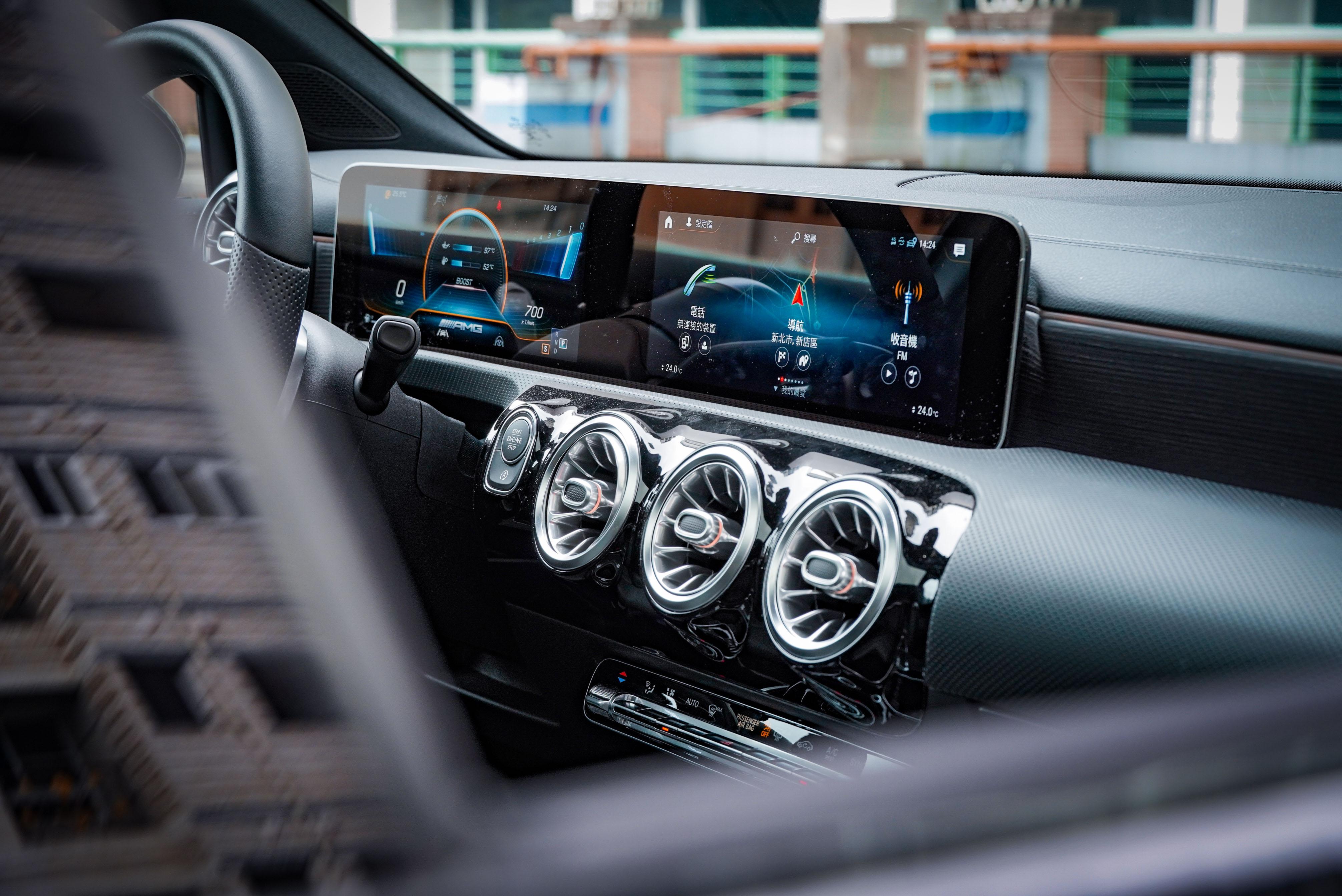 A 35 4MATIC 標配雙 10.25 吋數位儀表及觸控螢幕的進階 MBUX 多媒體系統。