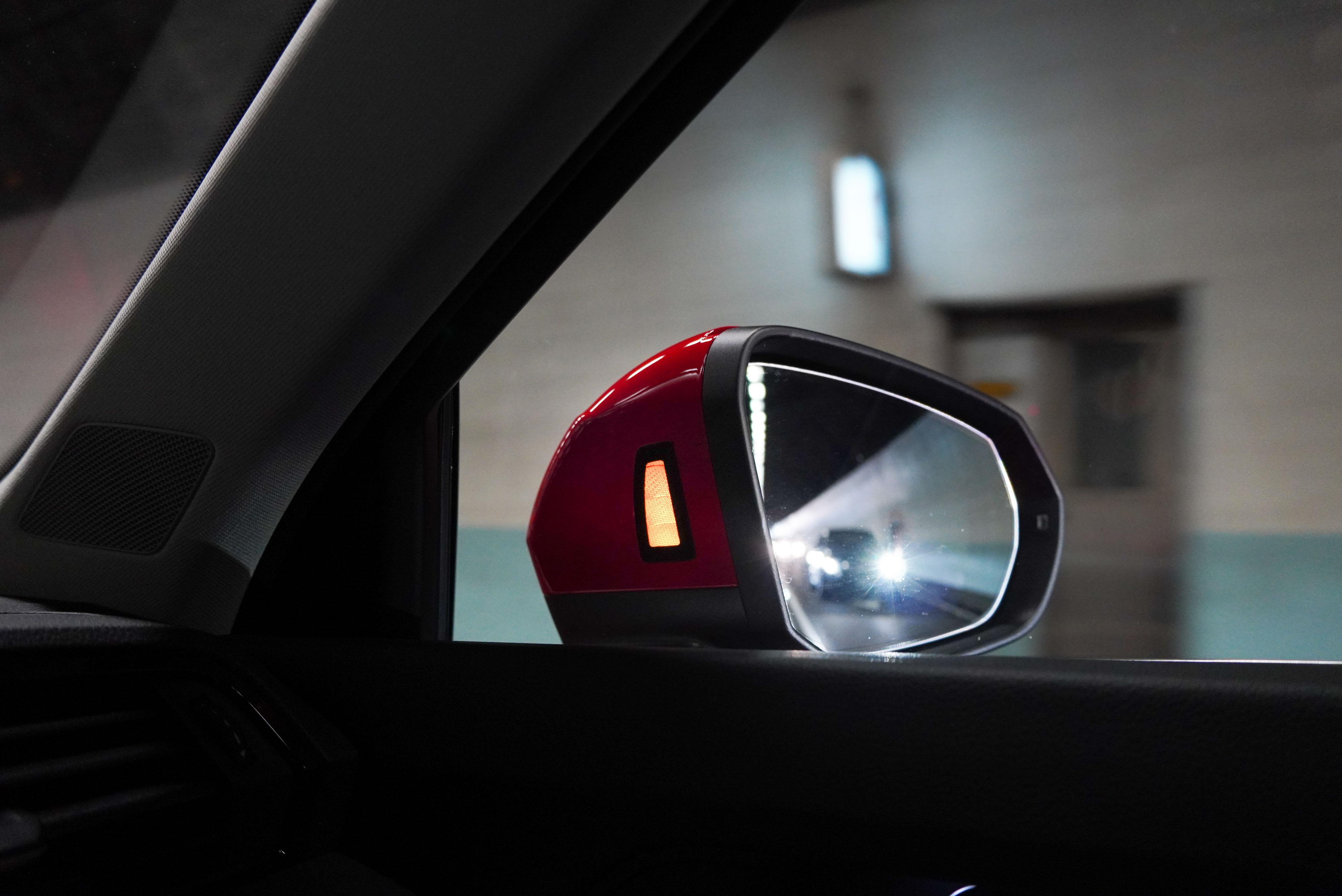 盲點偵測警示燈位於後視鏡內側。