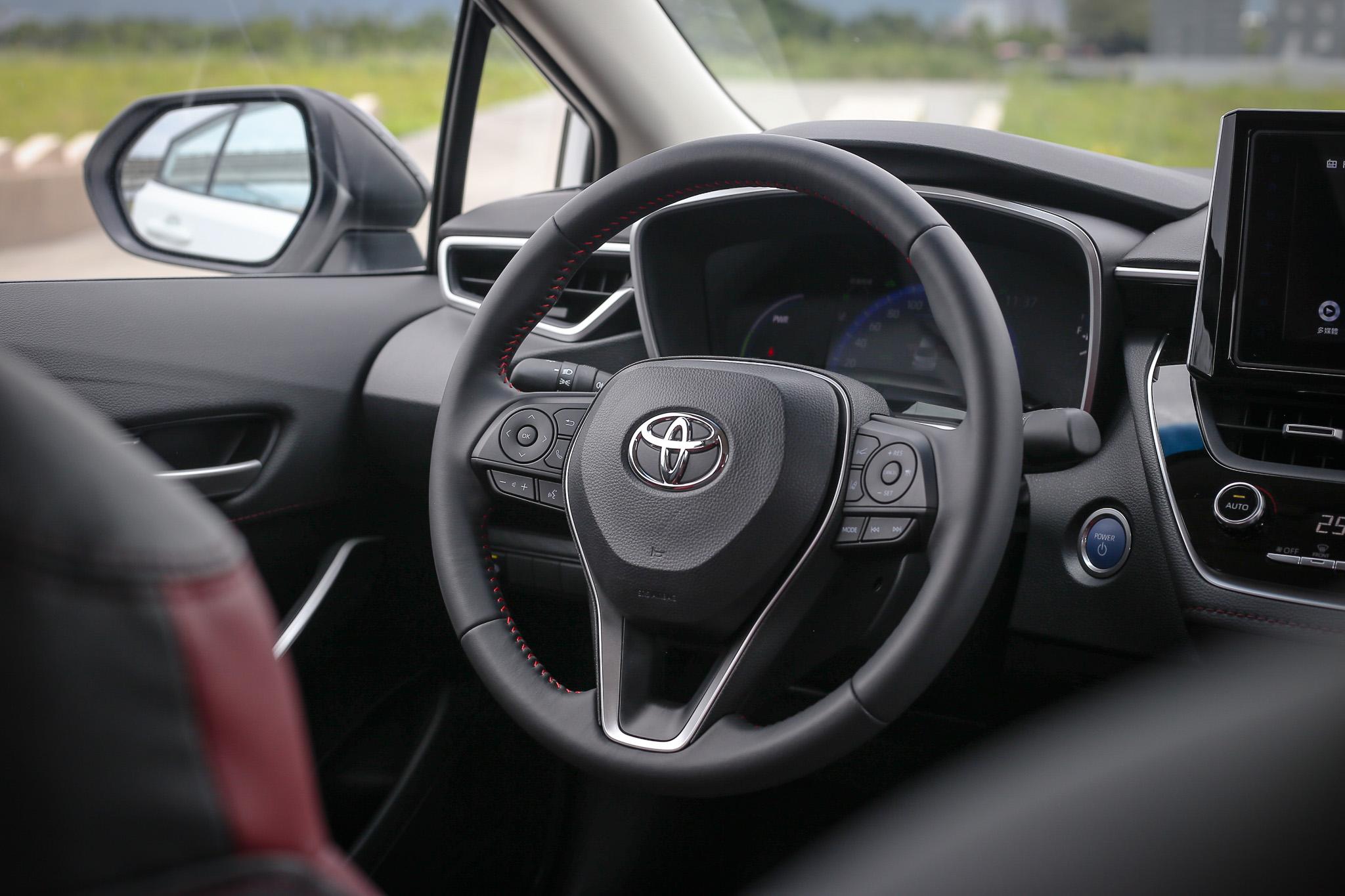 方向盤也採用紅色縫線設計。