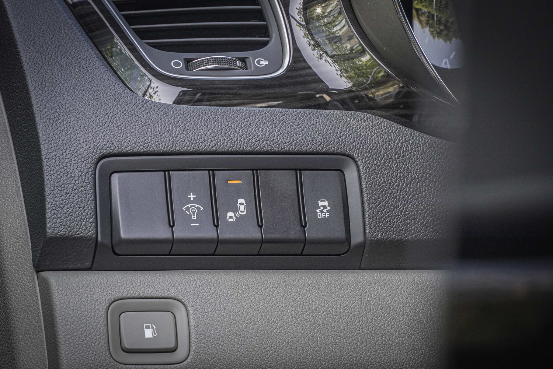 於 ADAS 先進主動安全系統方面,最頂規的 Grand Carnival 配備 LCA 車道變換警示系統與 BCW 盲區偵測警示系統。