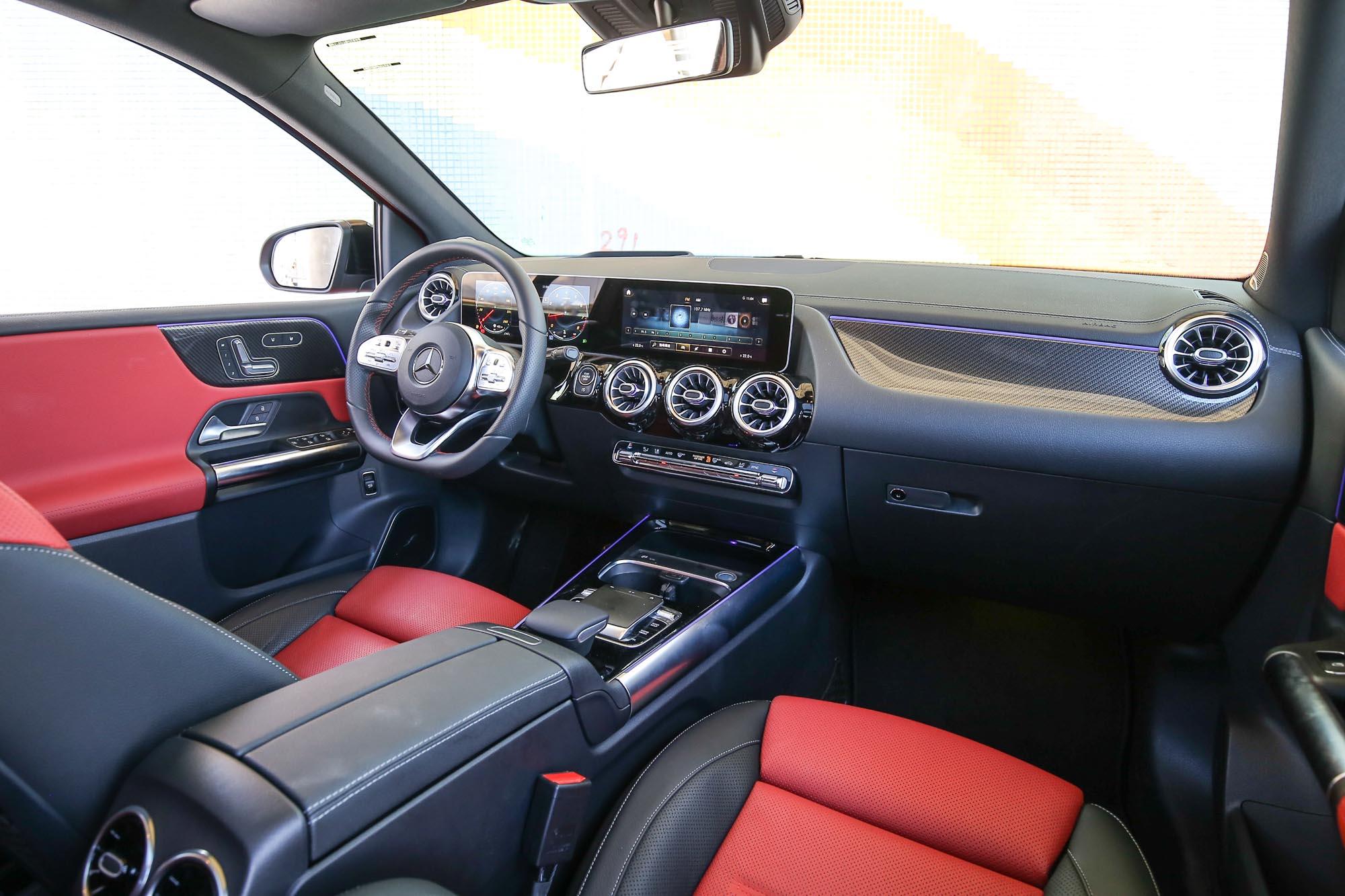 內裝設計與 A-Class 有八成像,同樣配備 MBUX 多媒體功能。試駕車選配 10.25 吋數位儀表,標配為 7 吋。
