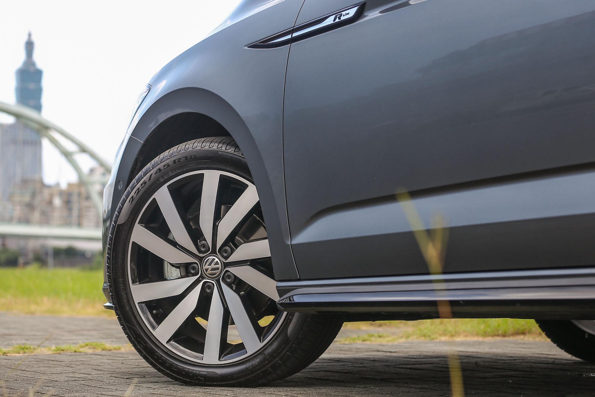 18 吋輪圈為 R-Line 車型專屬。