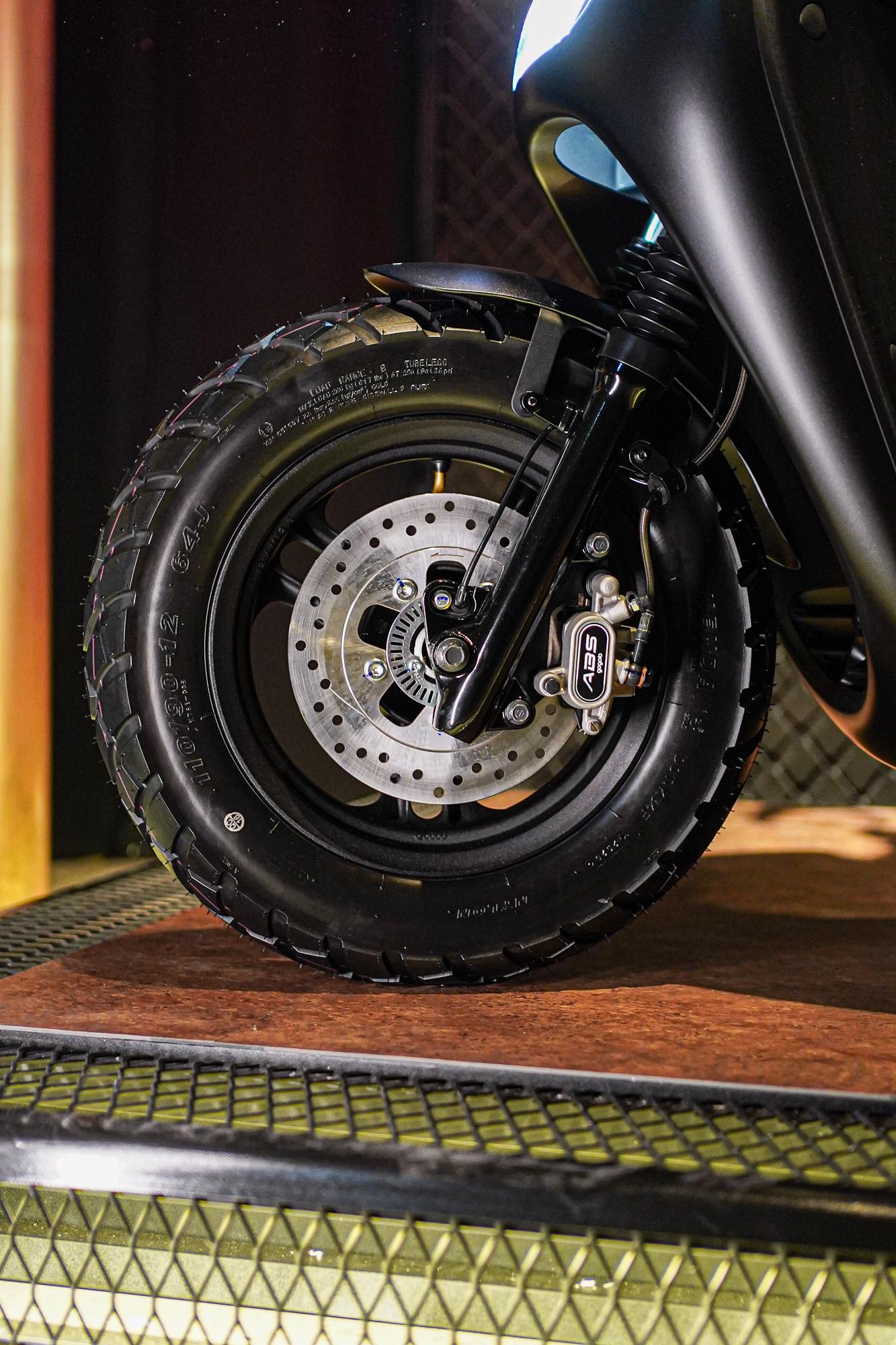 輪圈運用消光霧黑的塗裝,同時搭配 12 吋的多功能性能胎,能夠從容的應付各式各樣的地形。