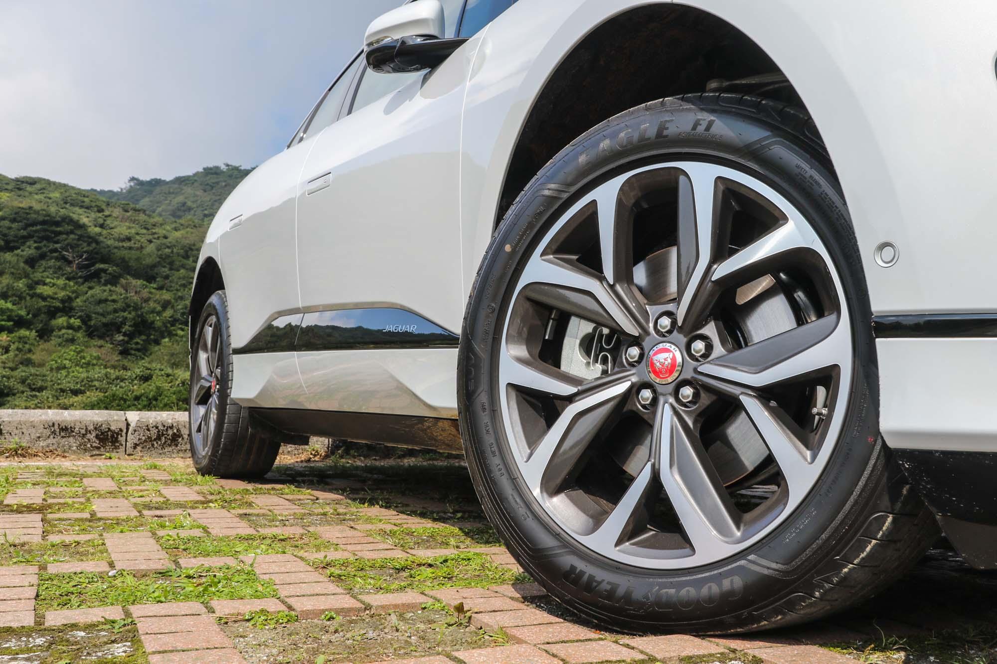極具張力的輪圈造型搭配 20 吋尺碼,與動感的車身線條完美匹配。