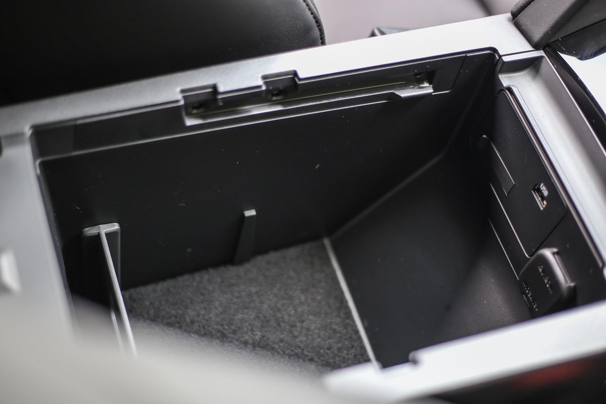 中央扶手下的置物空間也有內建 USB 與 12V 電源插座。