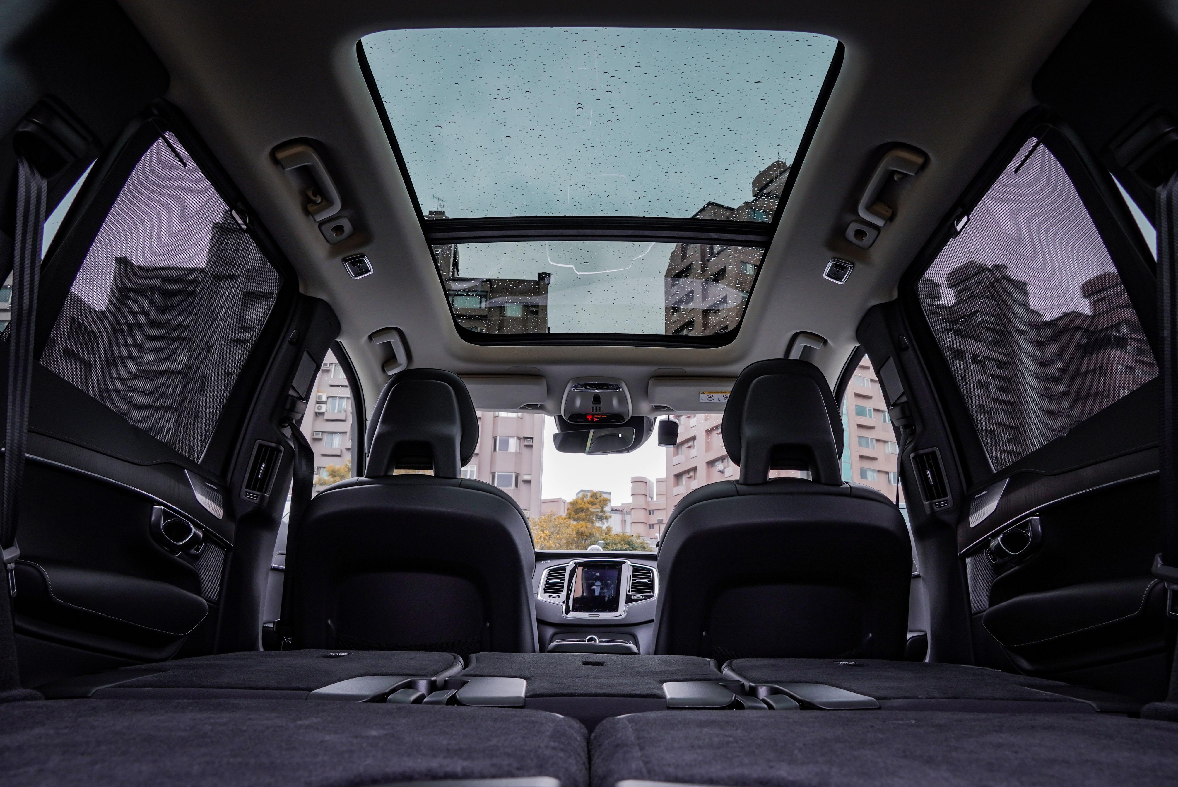 XC 90 全車系標配全景式電動天窗。