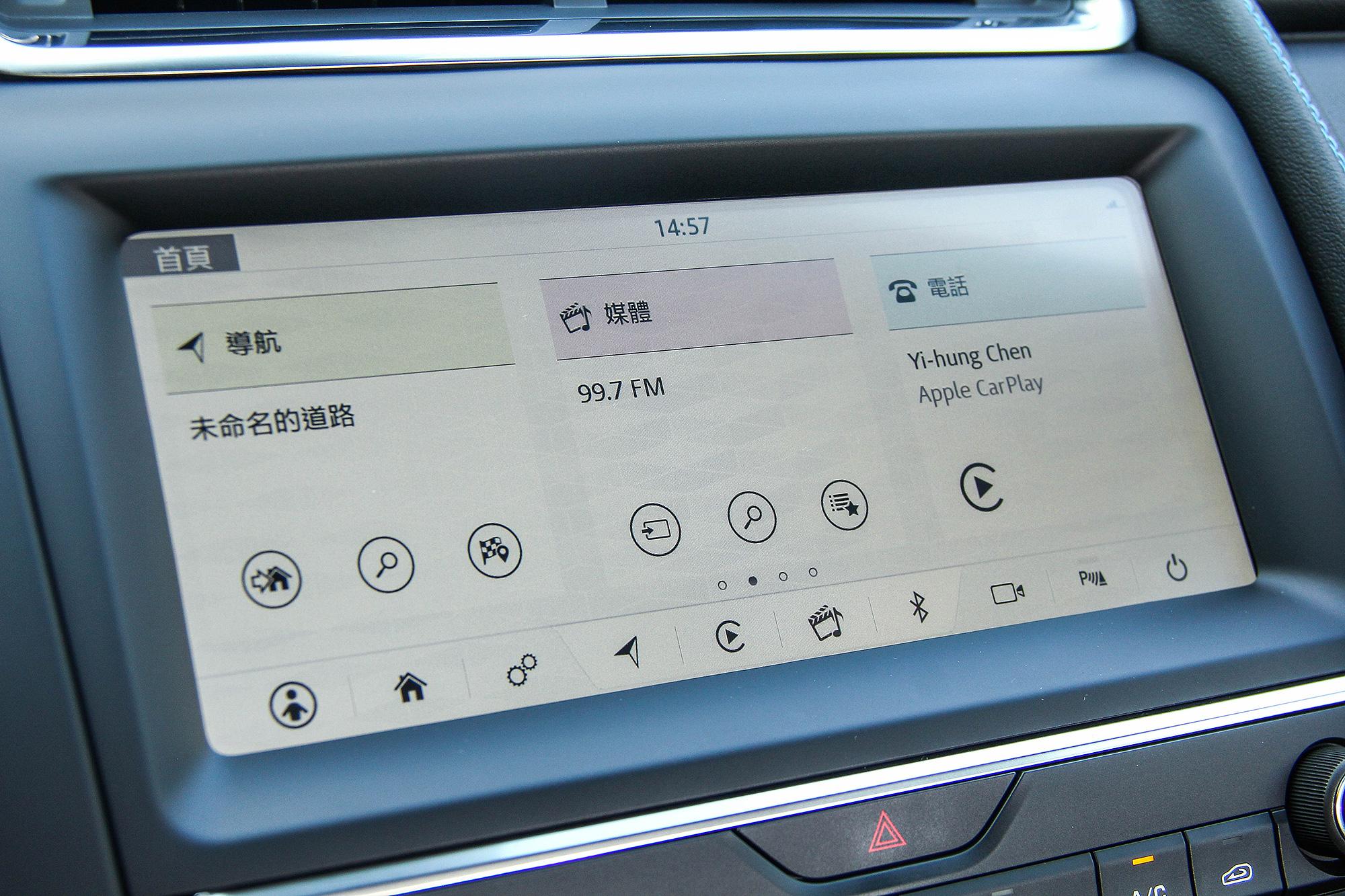 10 吋 TouchPro 智慧多媒體觸控式顯示幕科技感十足。