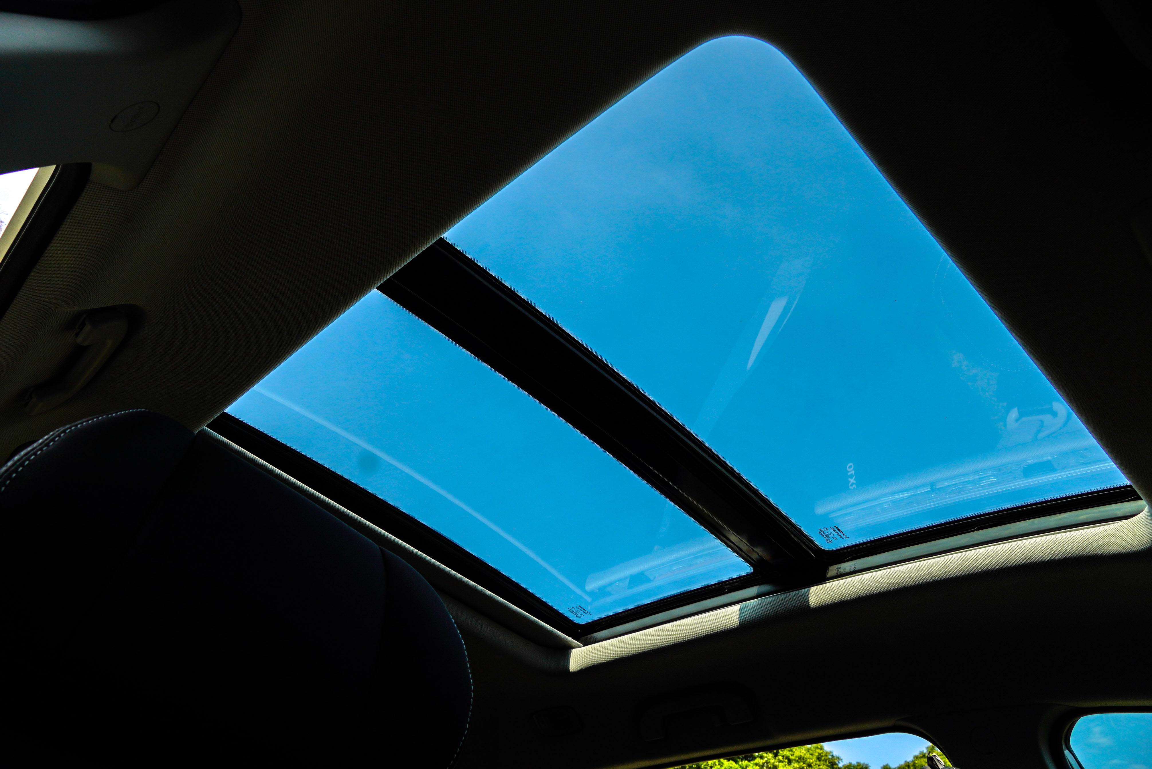 電動全景天窗是 URX 七人座專屬配備。