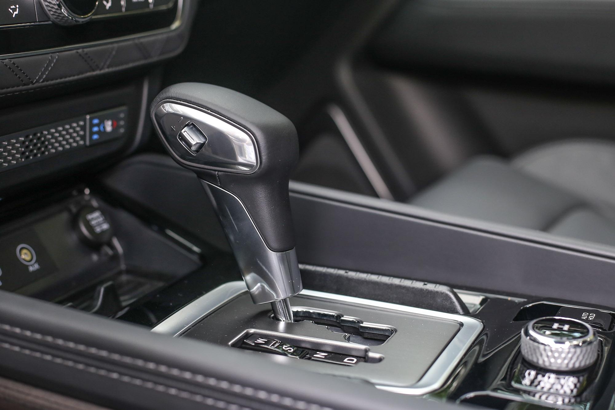 配上源自 Mercedes-Benz 的七速自排變速箱,具備手排換檔模式,但換檔撥片設置於排檔頭一側,使用上並不直覺。