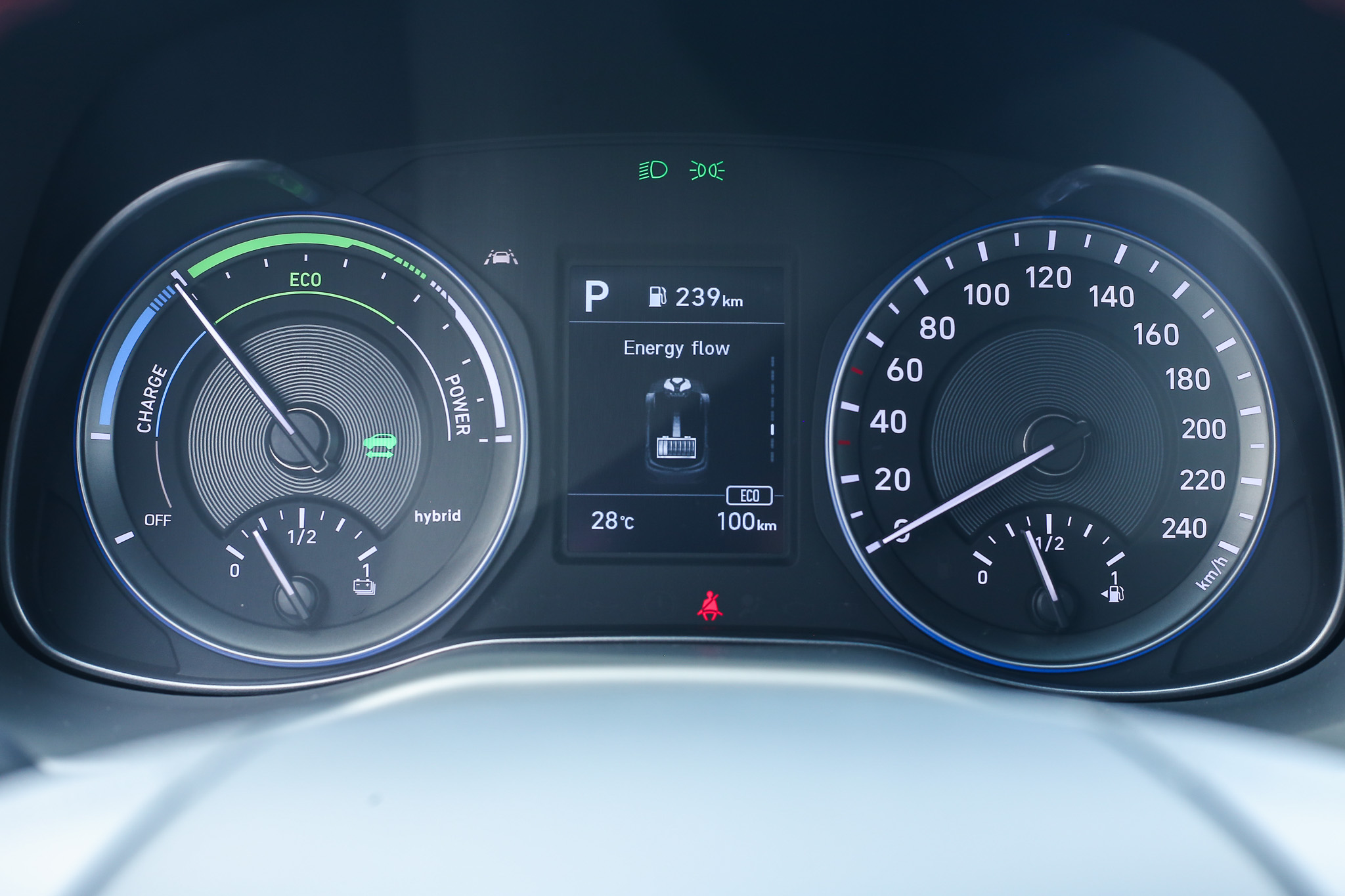 儀表板採取傳統指針設計,中央 3.5 吋 LCD 車資顯示幕會提供即時動力流資訊。
