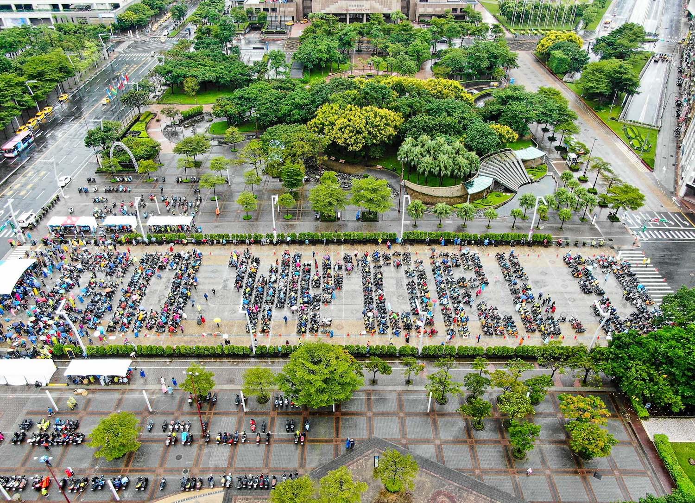 Gogoro 更發起電動機車總動員,除了 Gogoro 車主報名參加外,更邀請各廠牌的電動機車車友一起共襄盛舉,也在市府廣場集結排出「Go World」字樣。