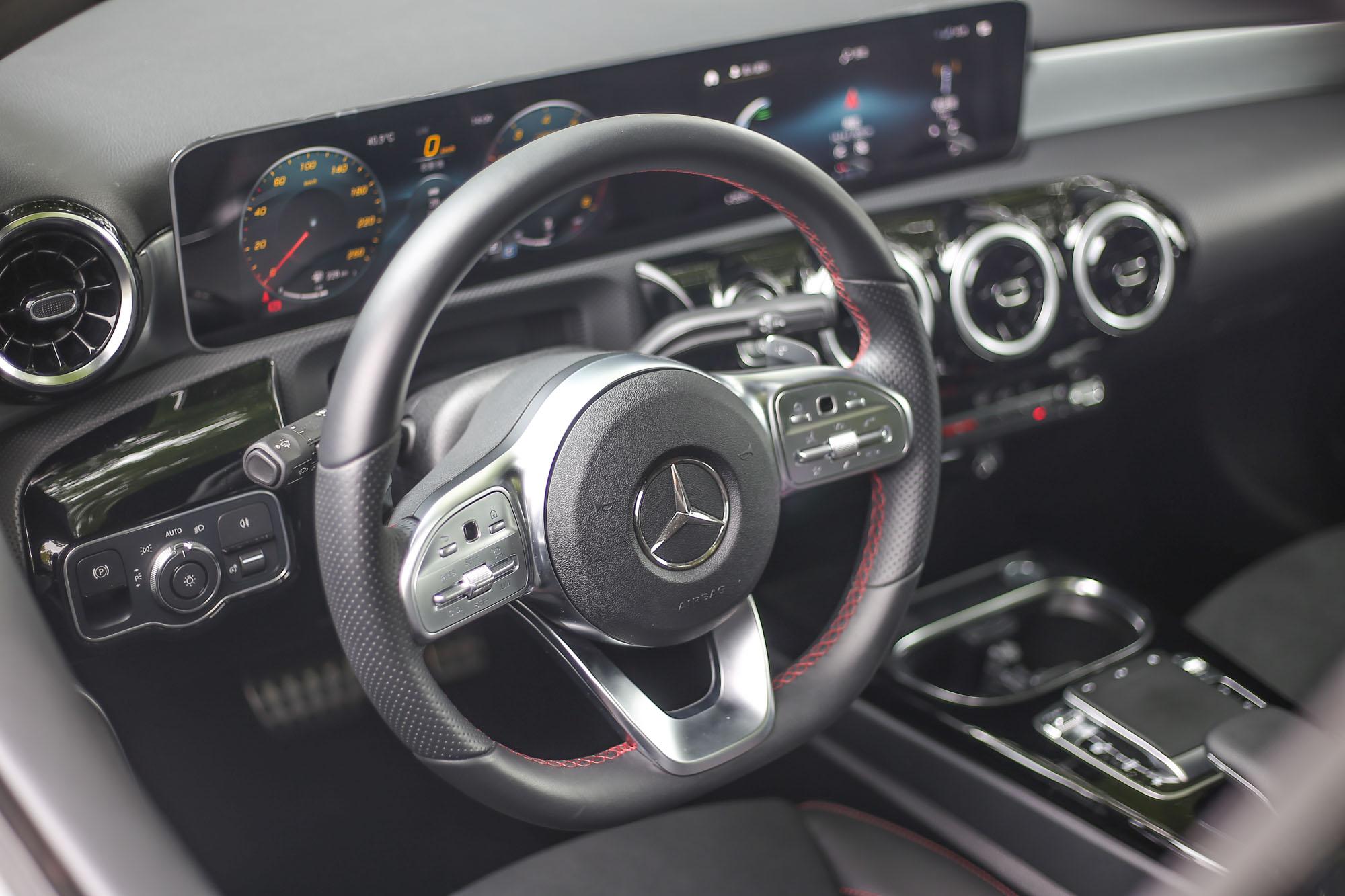 運動版配備三輻式多功能真皮平底跑車方向盤,並有換檔撥片與觸控按鈕。