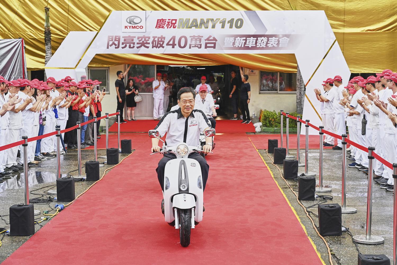 光陽集團執行長柯俊斌今日領騎「Many110 施華特飾版」2019 新式樣。