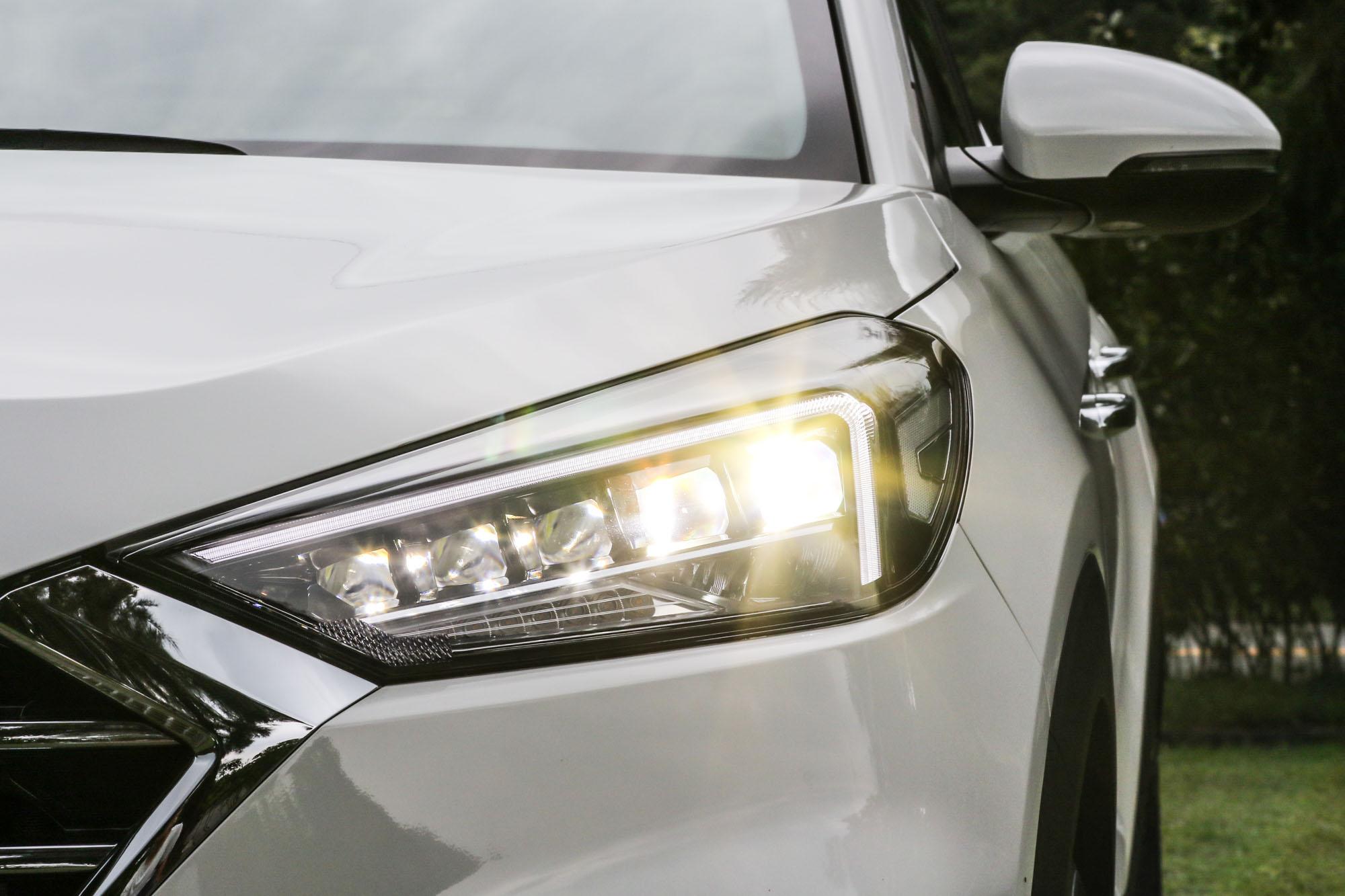尊爵型車款以上都配備 LED 頭燈。