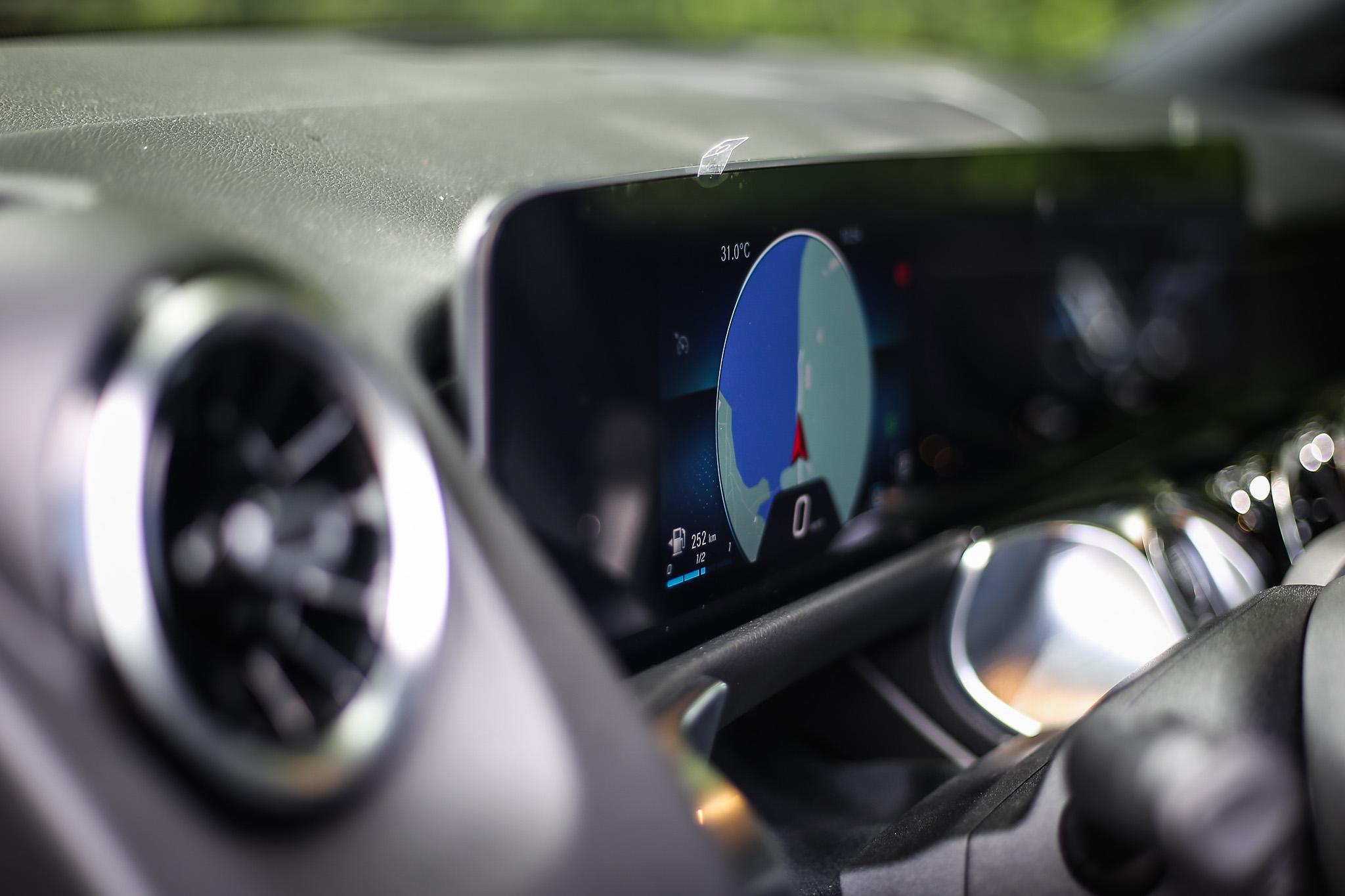 MBUX多媒體系統由兩個10.25吋螢幕組成(試駕車款為認證車,儀表螢幕僅為7吋)。