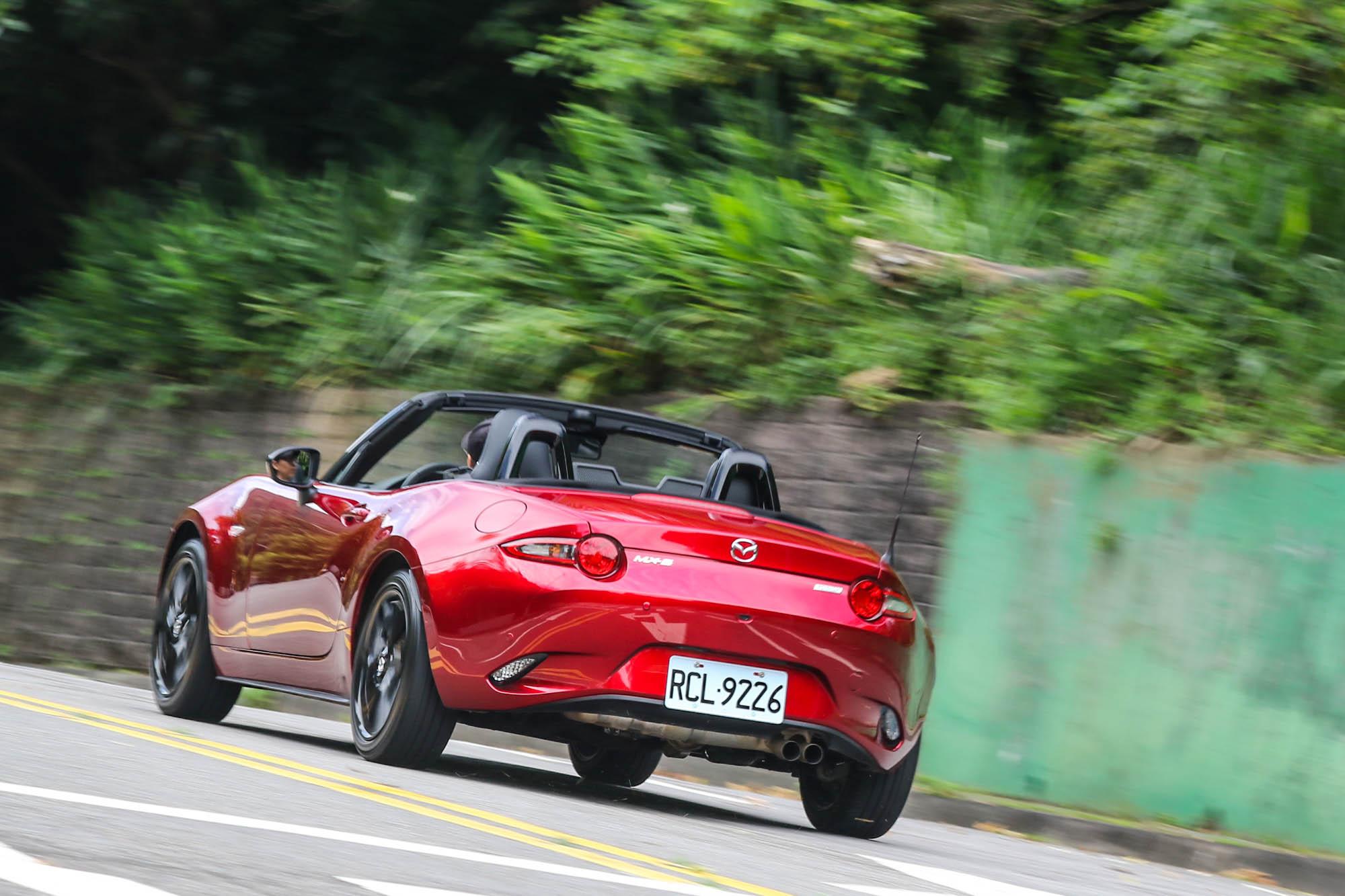 靈活的車尾反映出車輛的年輕個性,更讓駕駛技巧有大展身手的空間。