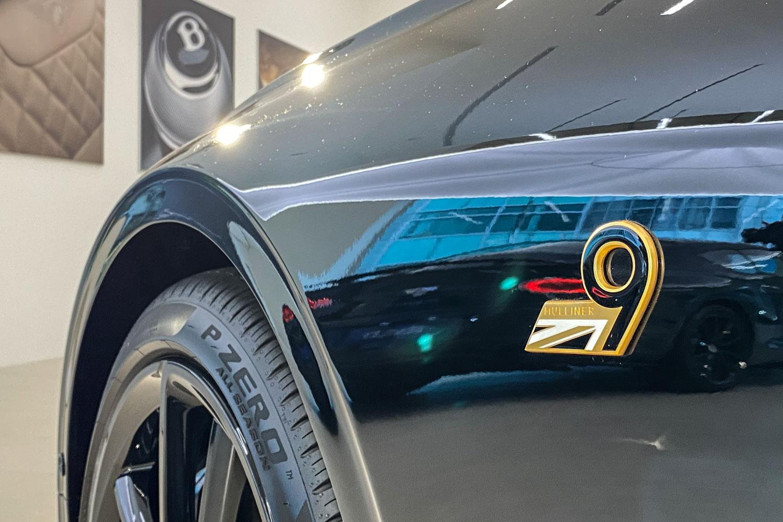 18K 鍍金妝點的車側 9 號徽章。