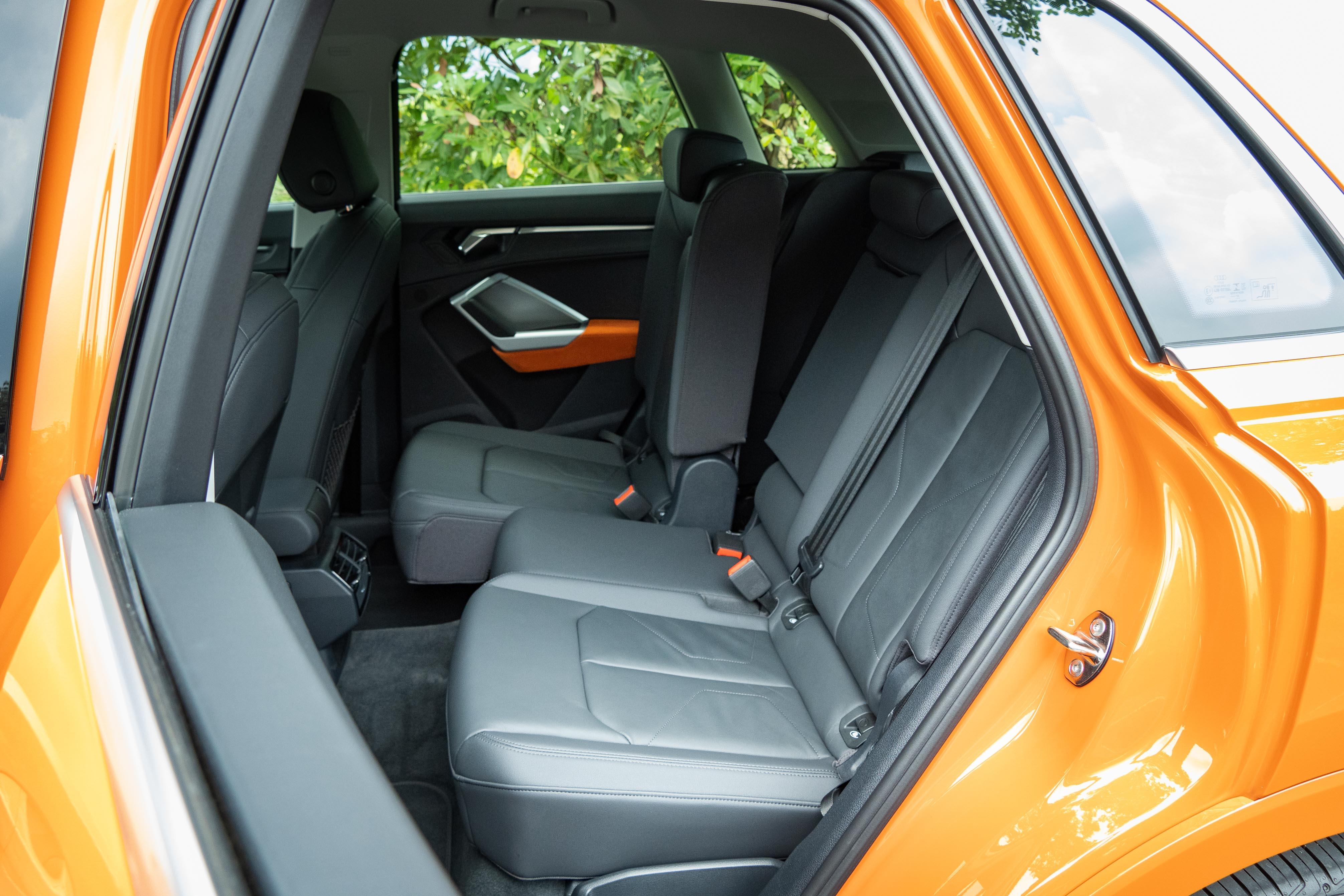 標配高階後座套件,含前後滑移、椅背調整、中央扶手與置杯架。
