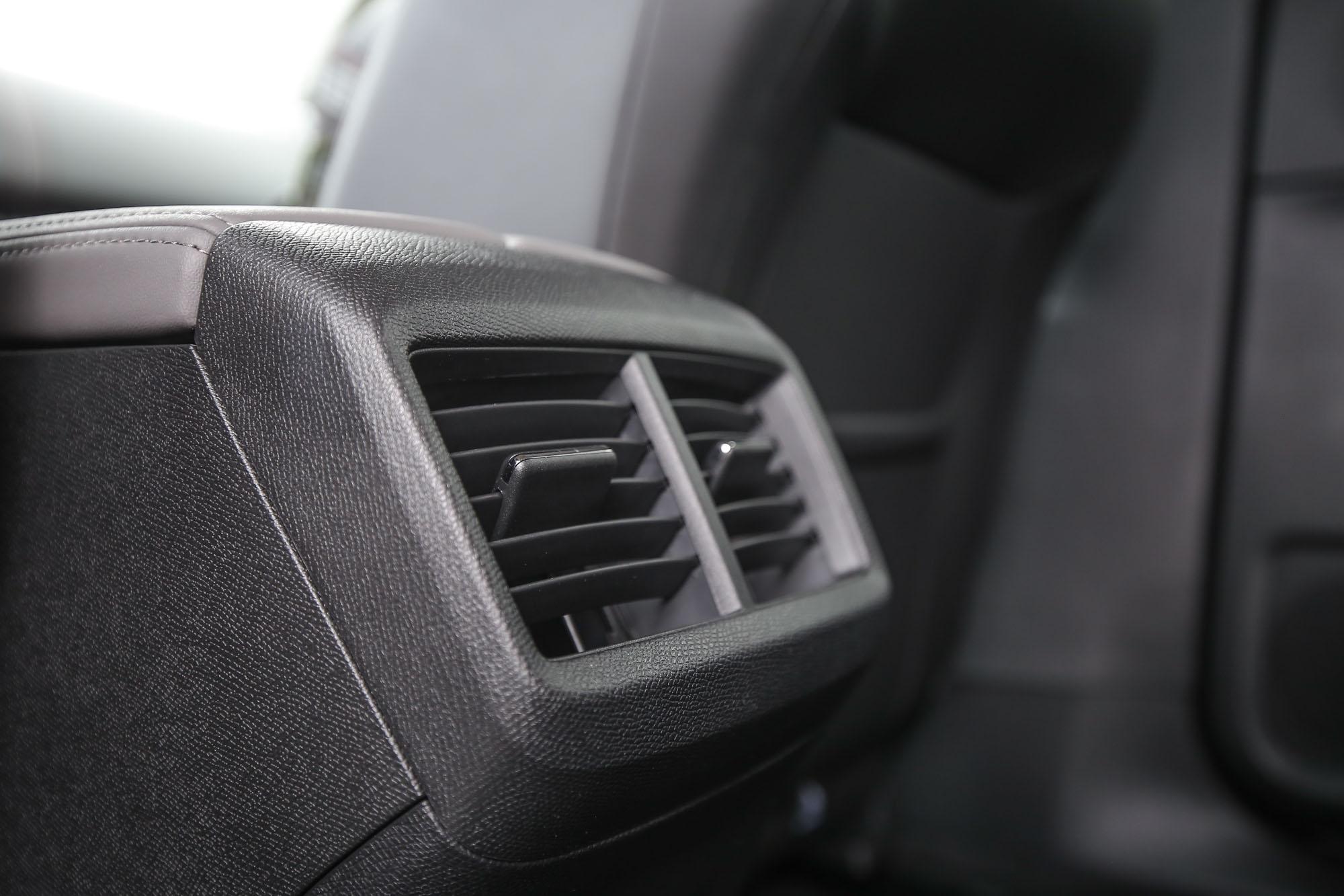 雙區恆溫空調系統並配有後座出風口。