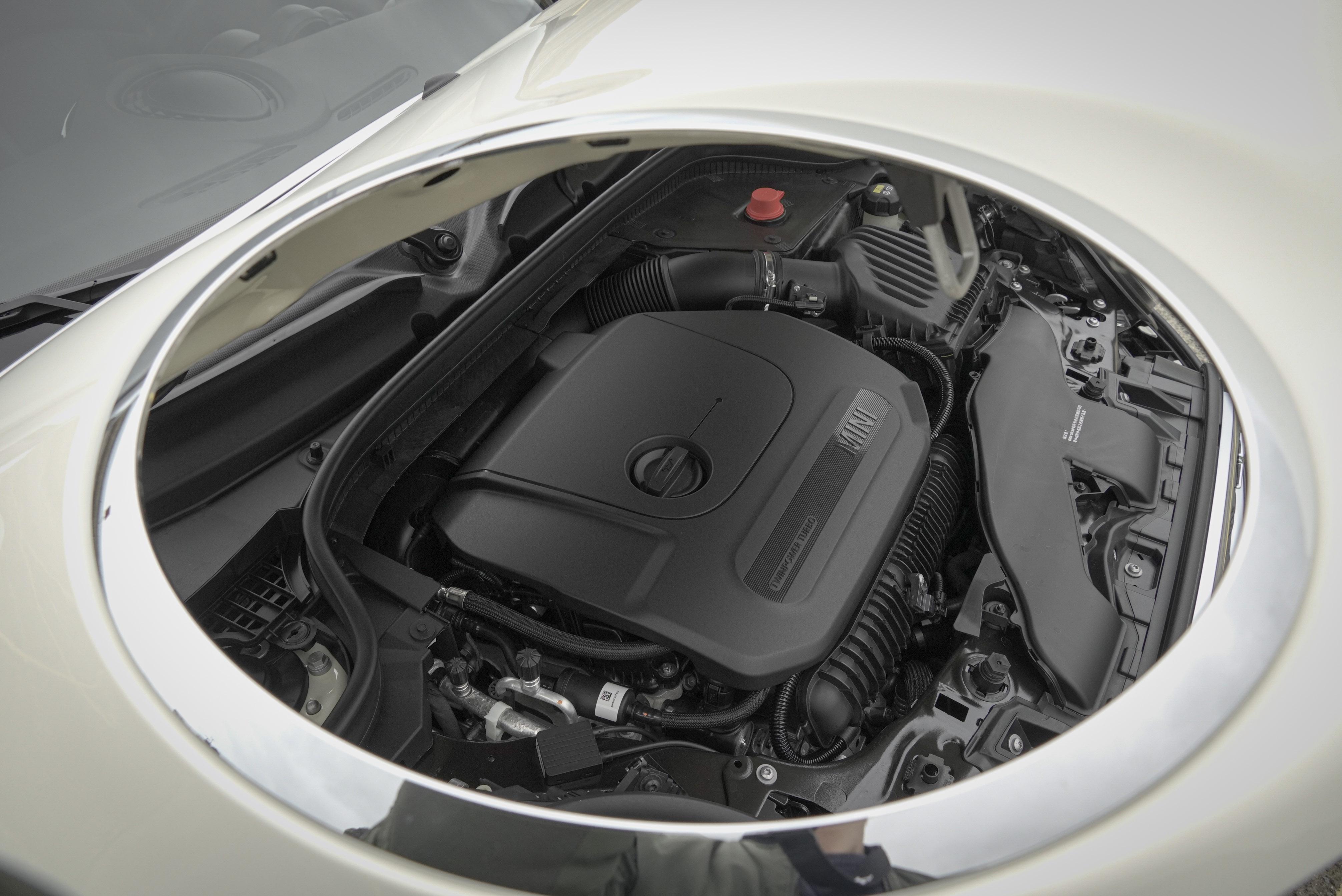 Cooper S 的 2.0 升 TwinPower Turbo 四缸渦輪引擎可帶來 192 匹馬力、280 Nm 扭力,0-100 km/h 加速可於 6.8 秒內完成。