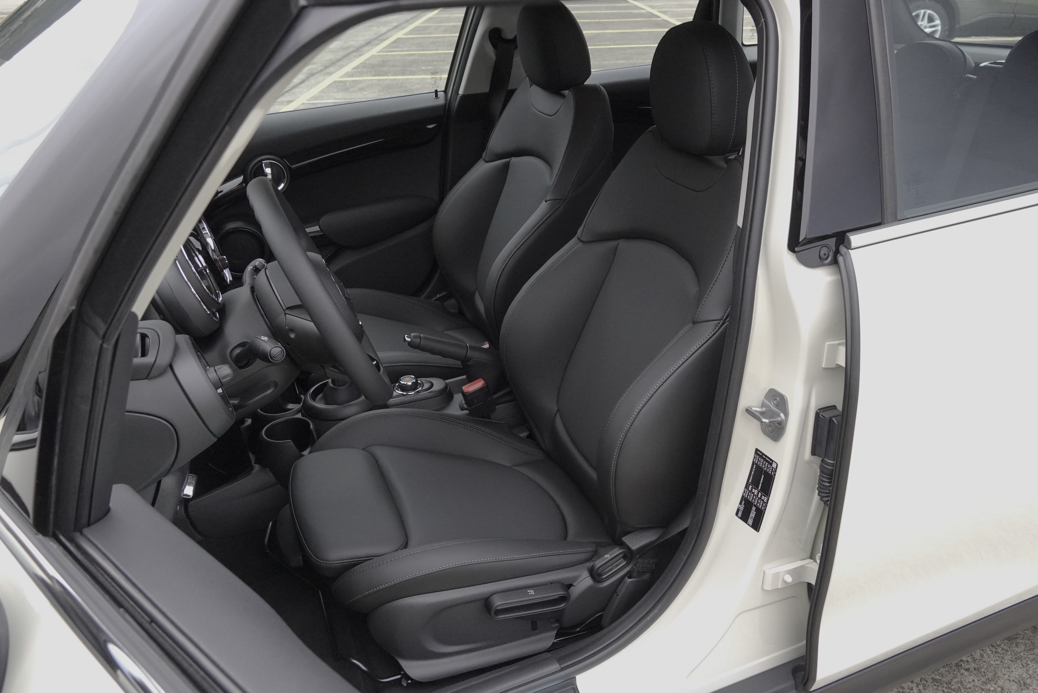 Cooper S 標配 Leatherette 舒適皮質跑車座椅。