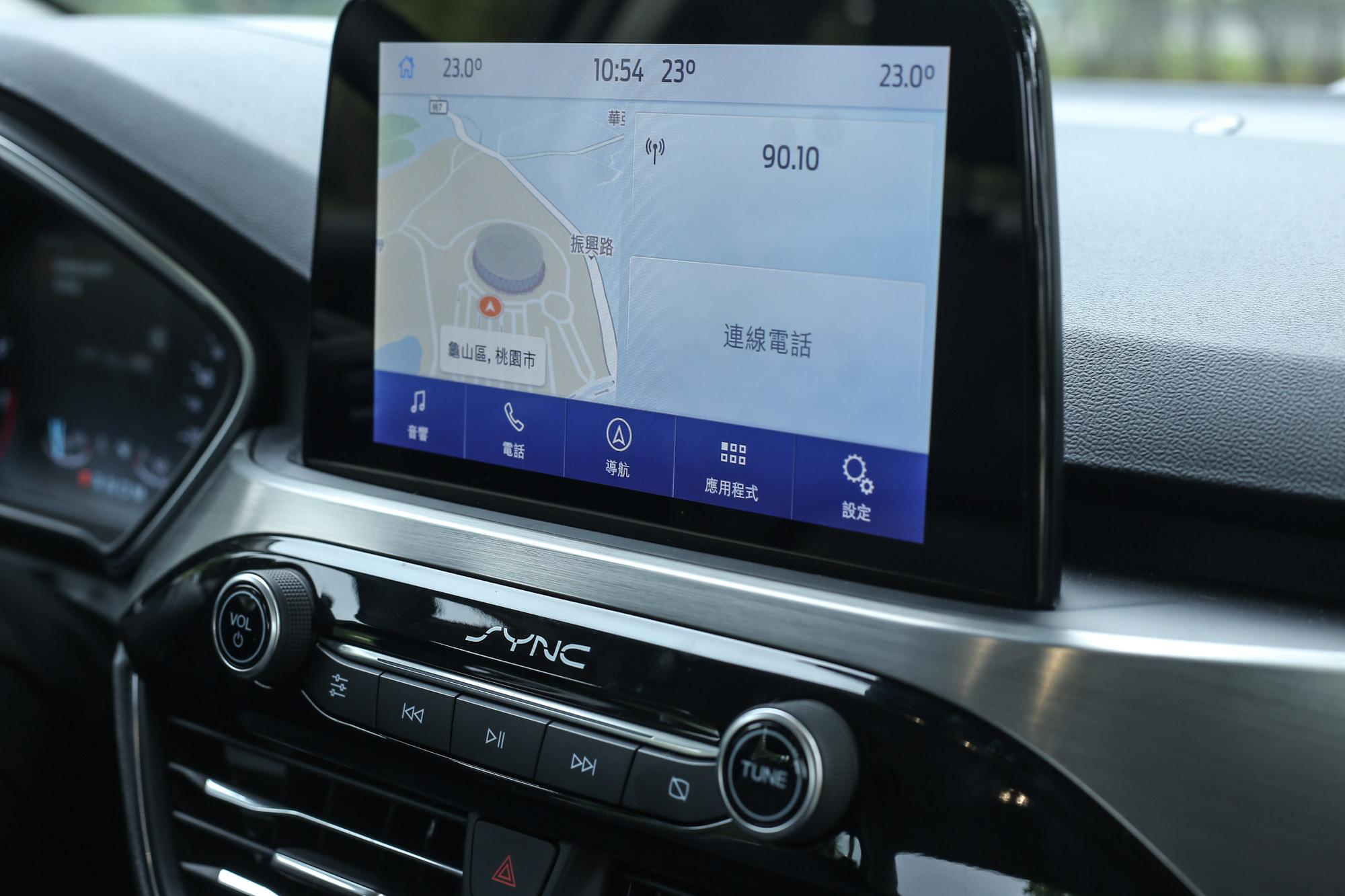 8 吋懸浮式全彩 LCD 觸控螢幕整合 SYNC®3 娛樂通訊整合系統 ,Apple CarPlay 與 Android Auto 功能皆配備。
