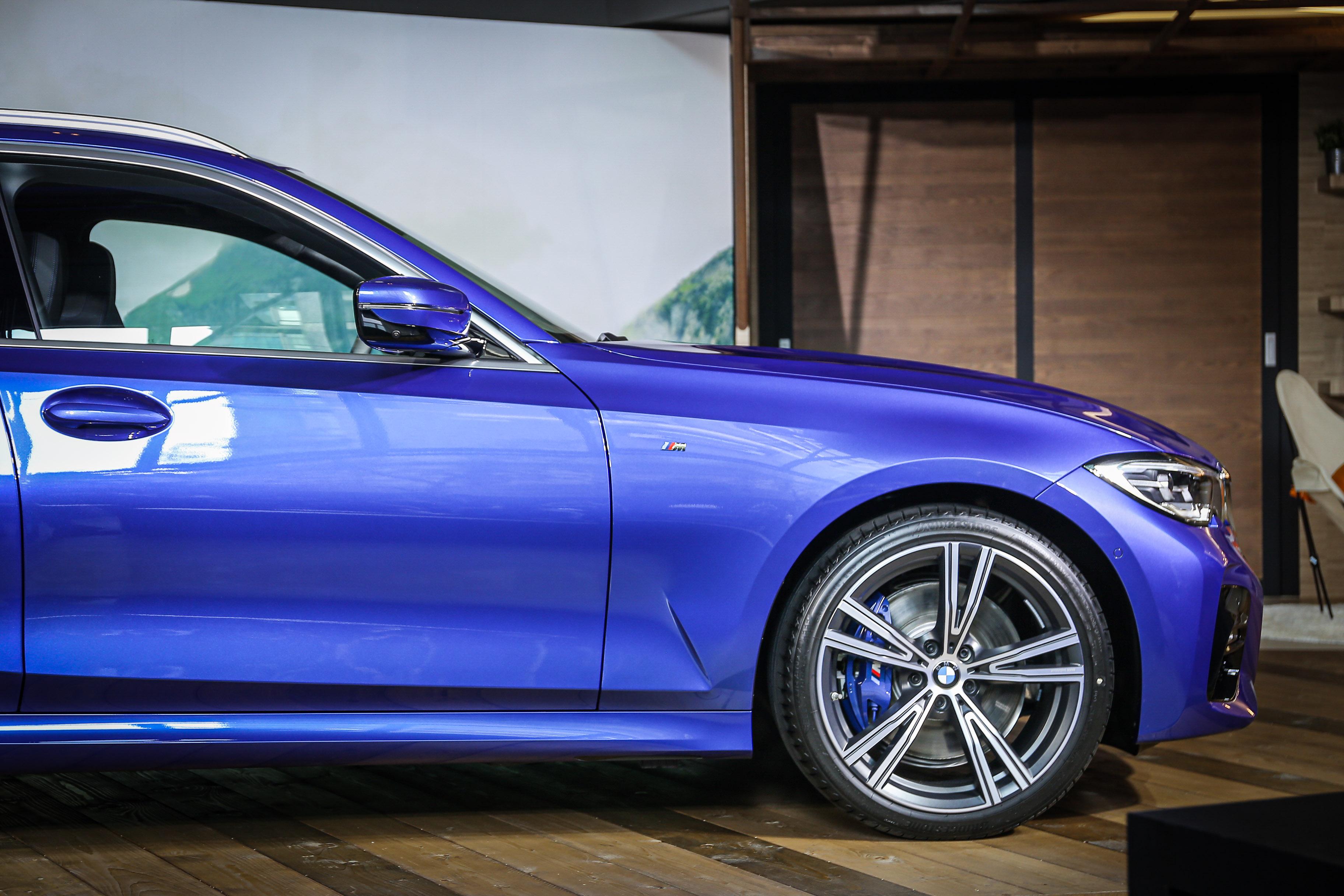 3 Series Touring 標配 BMW Individual 雙幅輪圈,並搭載 M 款煞車套件、可變式運動轉向系統。