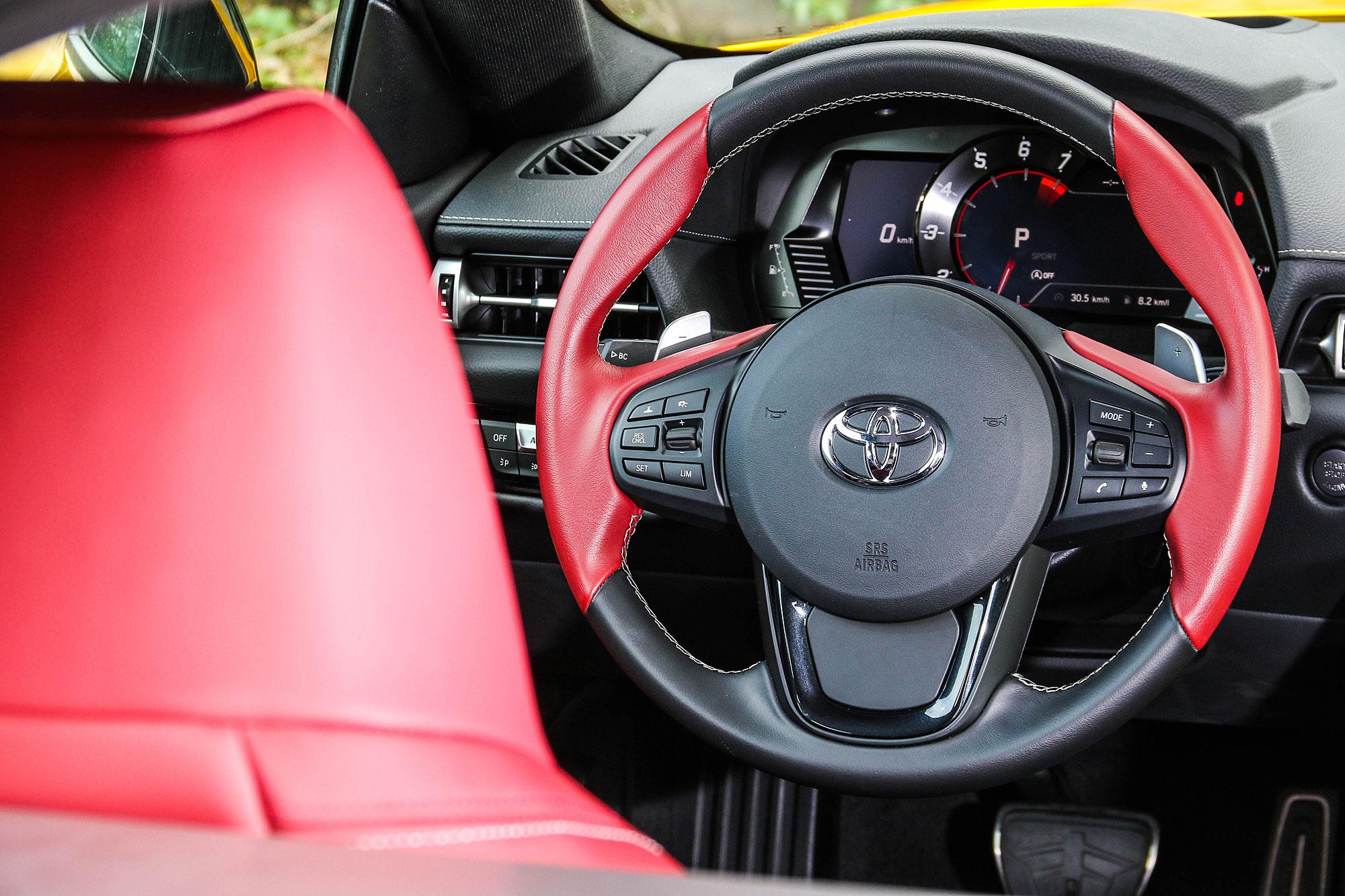 多功能方向盤採用紅黑雙色組合。
