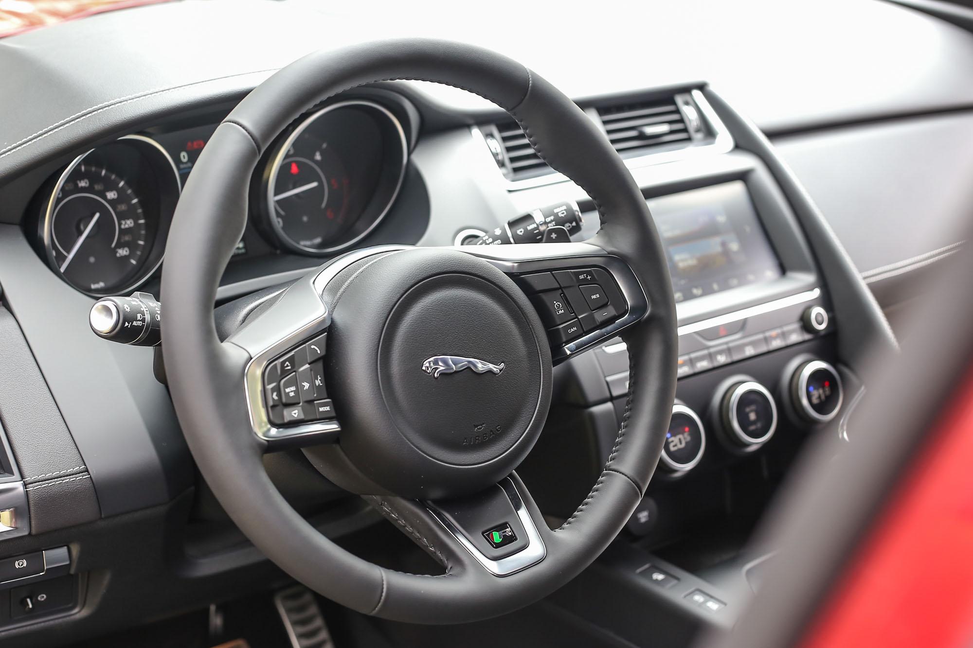 R-Dynamic車型才配備的多功能跑車方向盤並附上換檔撥片。