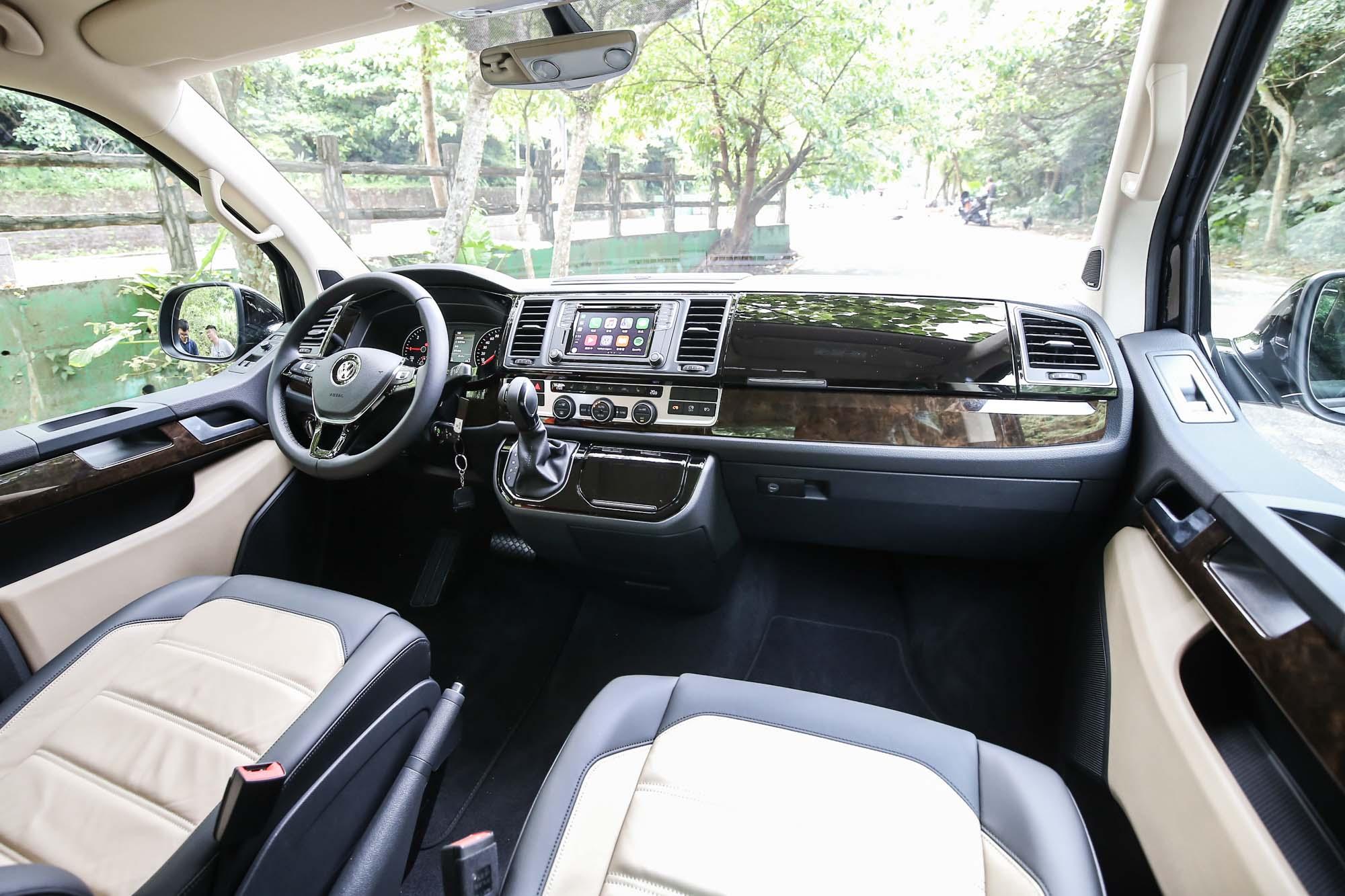 內裝配置大抵與過往車型相同,試駕車型為 Multivan Highline。