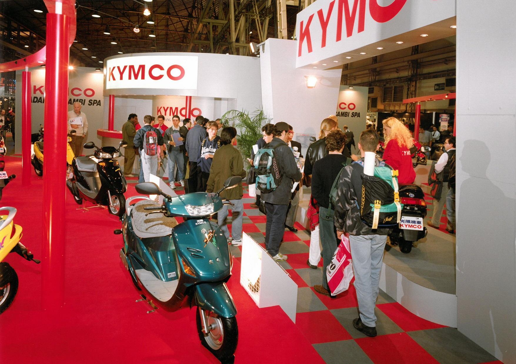 1993 年官方正式參展的攤位實景圖。1992 年,光陽與本田正式結束合作關係,改用自創的「KYMCO」品牌行銷國際迄今達108國,全球累計銷售超過千萬台 Kymco 機車。