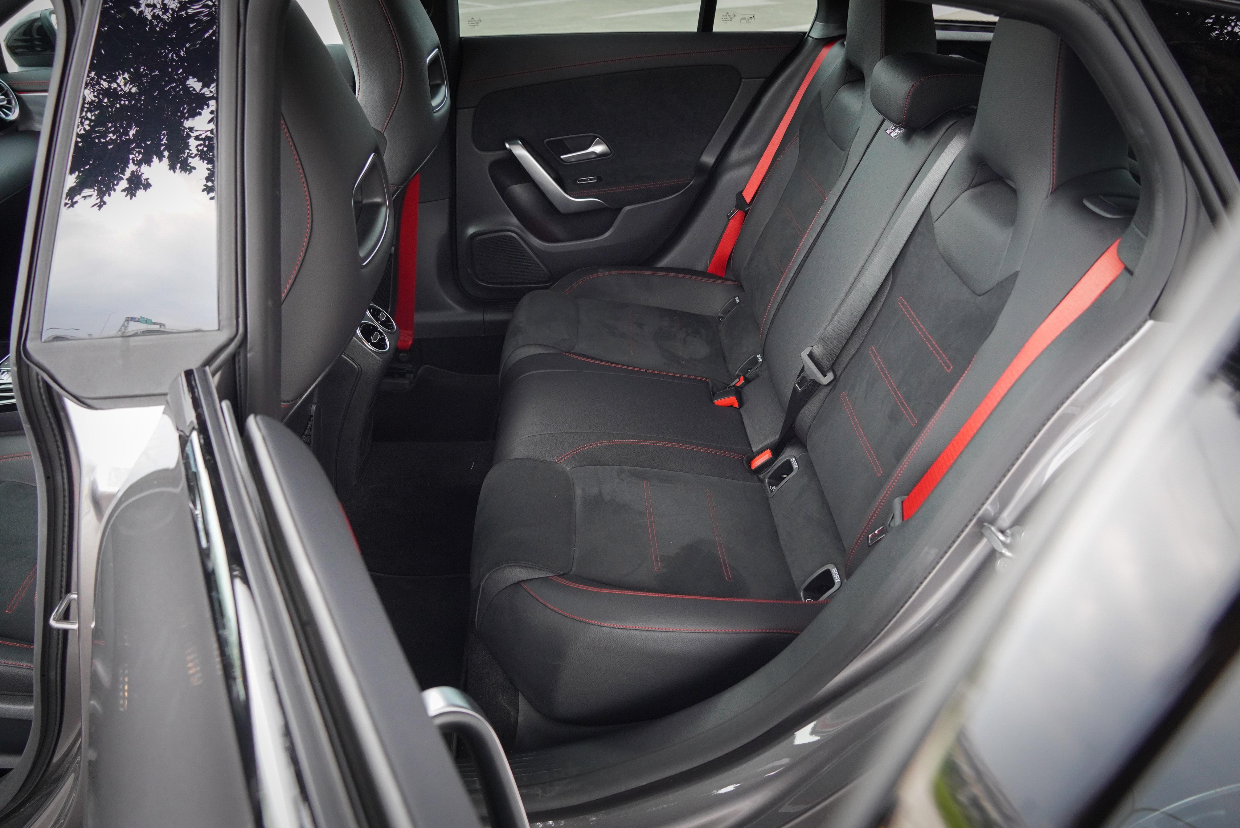 後座擁有出風口,紅色縫線與安全帶也是標配。