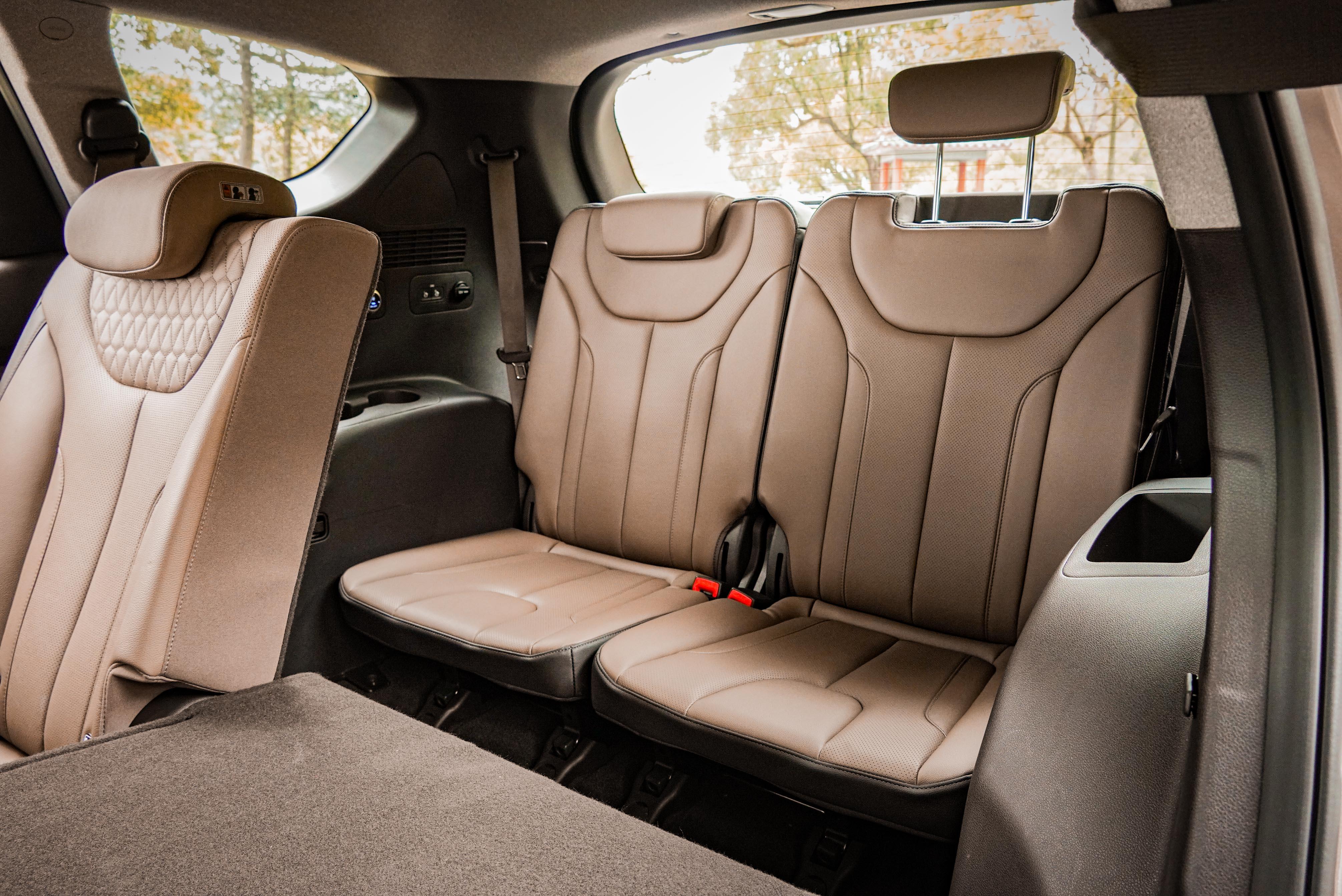 第三排左右側提供收納空間,頭枕僅有兩段高度可調整。